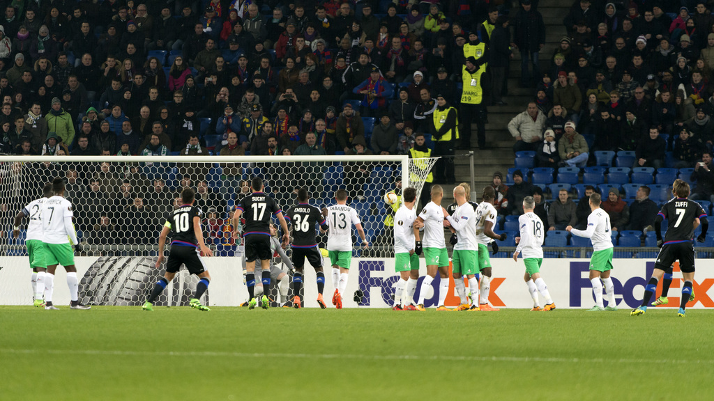 Basel's Luca Zuffi, right, score during the UEFA Europa League Round of 32 second leg soccer match between Switzerland's FC Basel 1893 and France�s AS Saint-Etienne at the St. Jakob-Park stadium in Basel, Switzerland, on Thursday, February 25, 2016. (KEYSTONE/Georgios Kefalas)