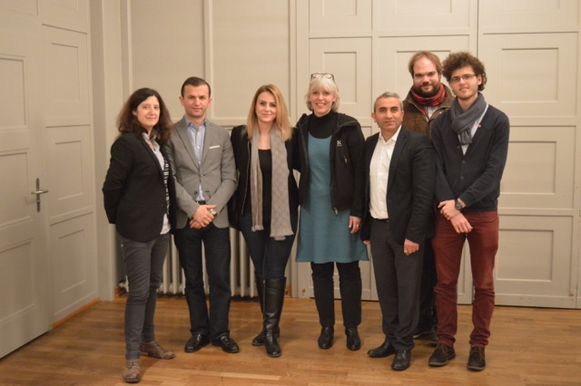 Gruppenfoto mit jungen und altgedienten SP-Mitgliedern (von links nach rechts): Michela Seggiani, Kosta Papa, Almedina Maliqi, Brigitte Hollinger, Mustafa Atici, Tim Cuénod, Endrit Sadiku.