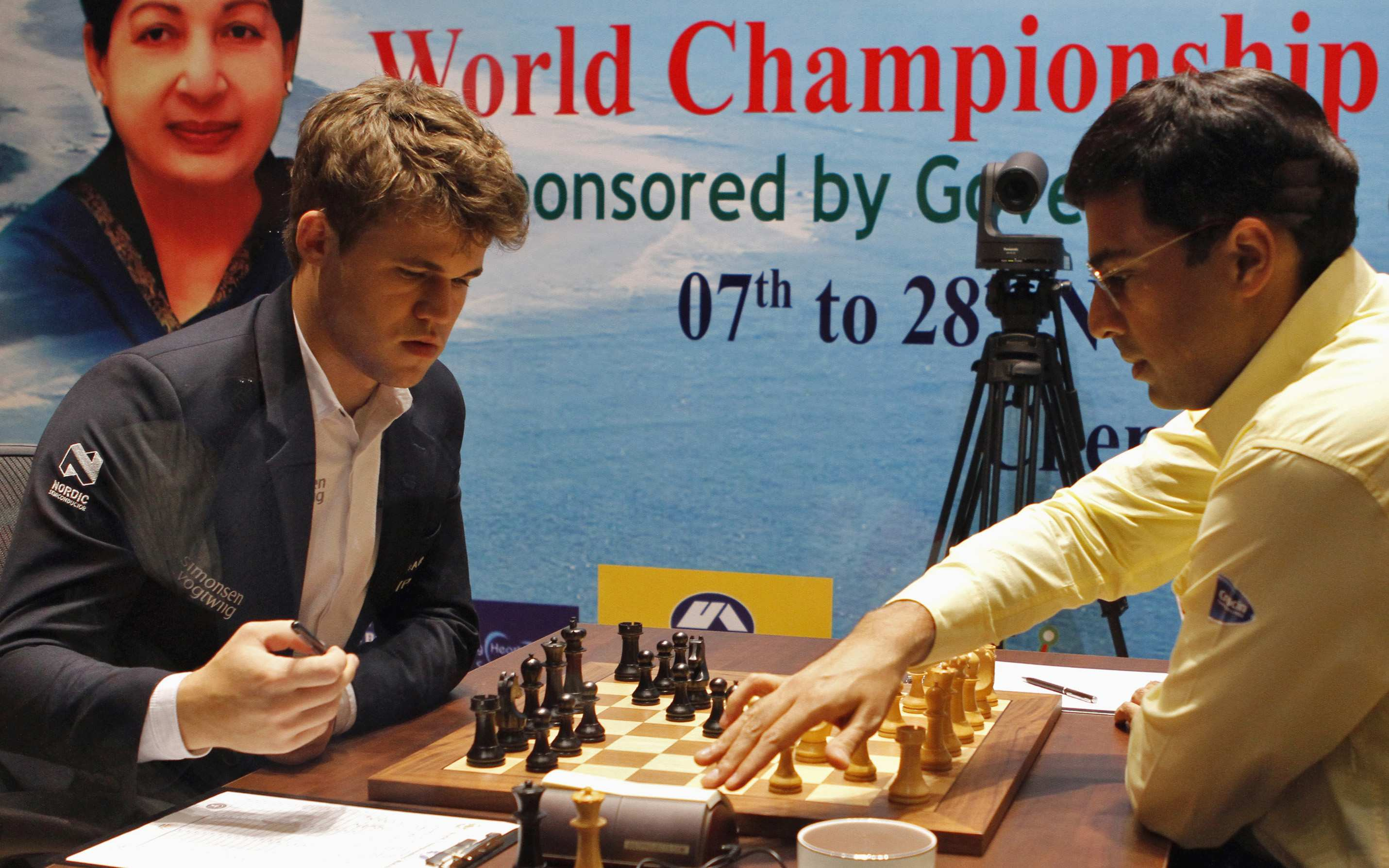 India's Viswanathan Anand (R) plays against Norway's Magnus Carlsen during the FIDE World Chess Championship in the southern Indian city of Chennai November 21, 2013. REUTERS/Babu (INDIA - Tags: SPORT CHESS)