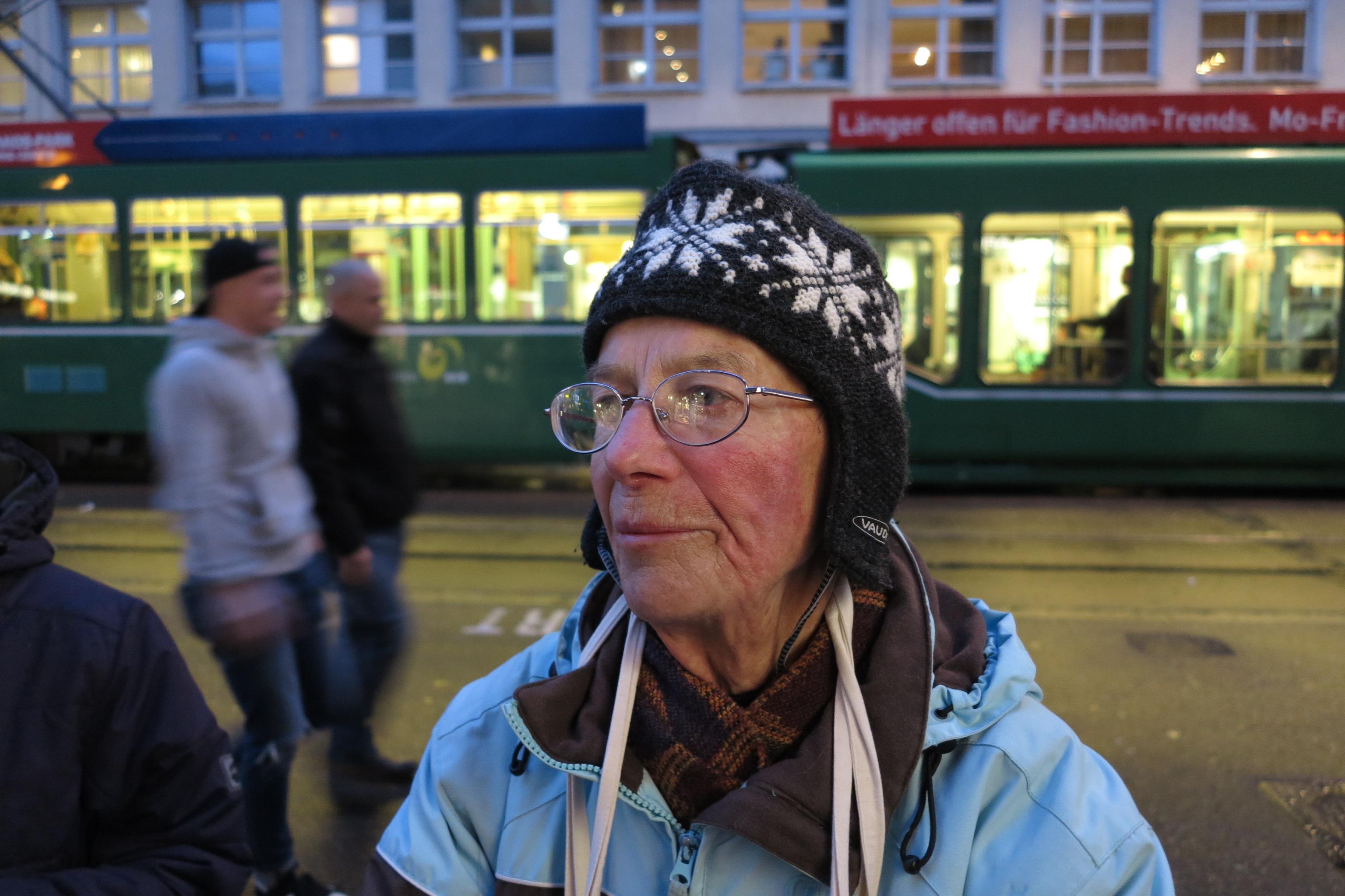Diese Frau, die vorne im Demonstrationszug mitlief, wurde von einem Gummigeschoss im Gesicht getroffen.