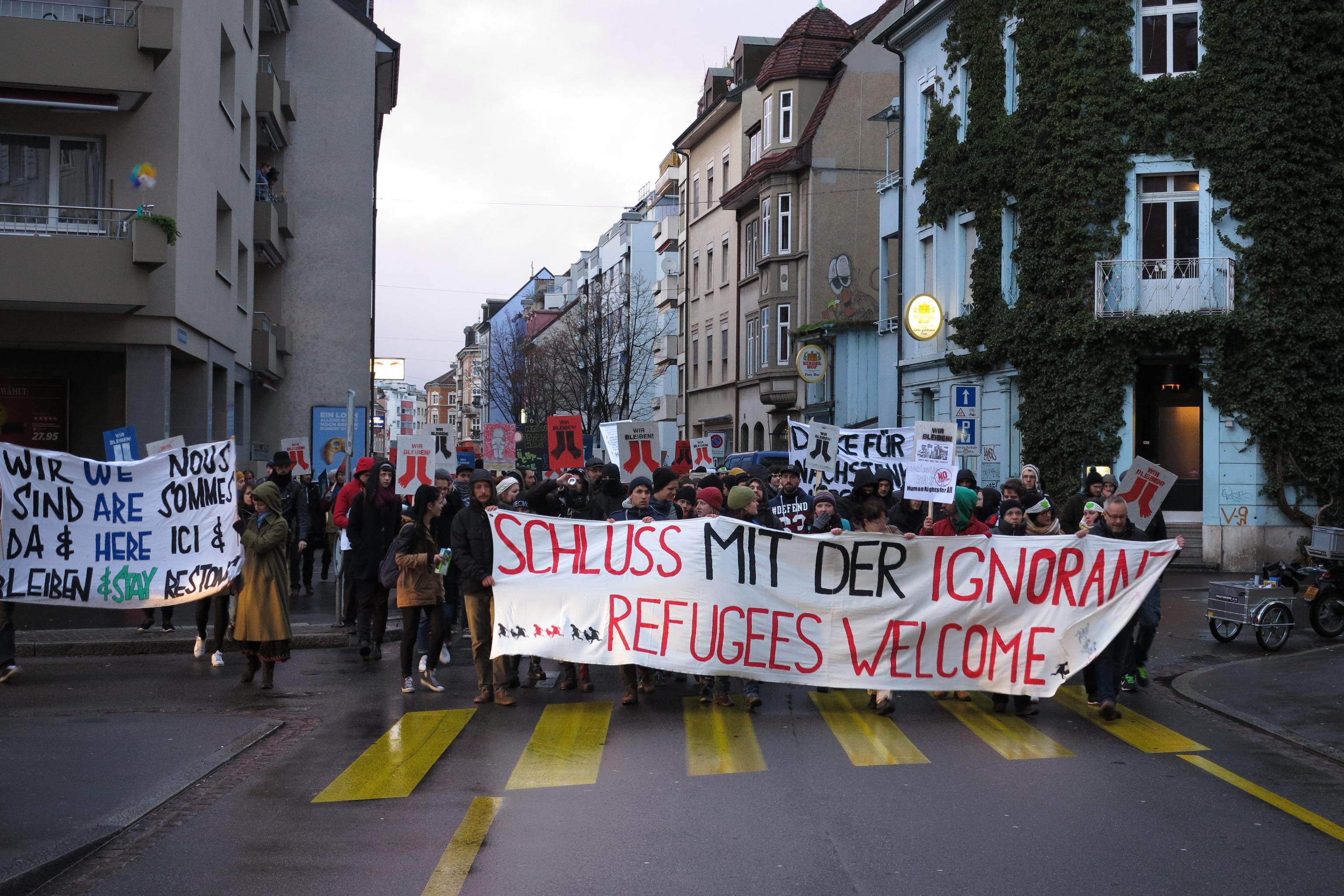 Die Demonstranten marschieren in Richtung Claraplatz. Bis zu diesem Zeitpunkt blieb der Protest friedlich.