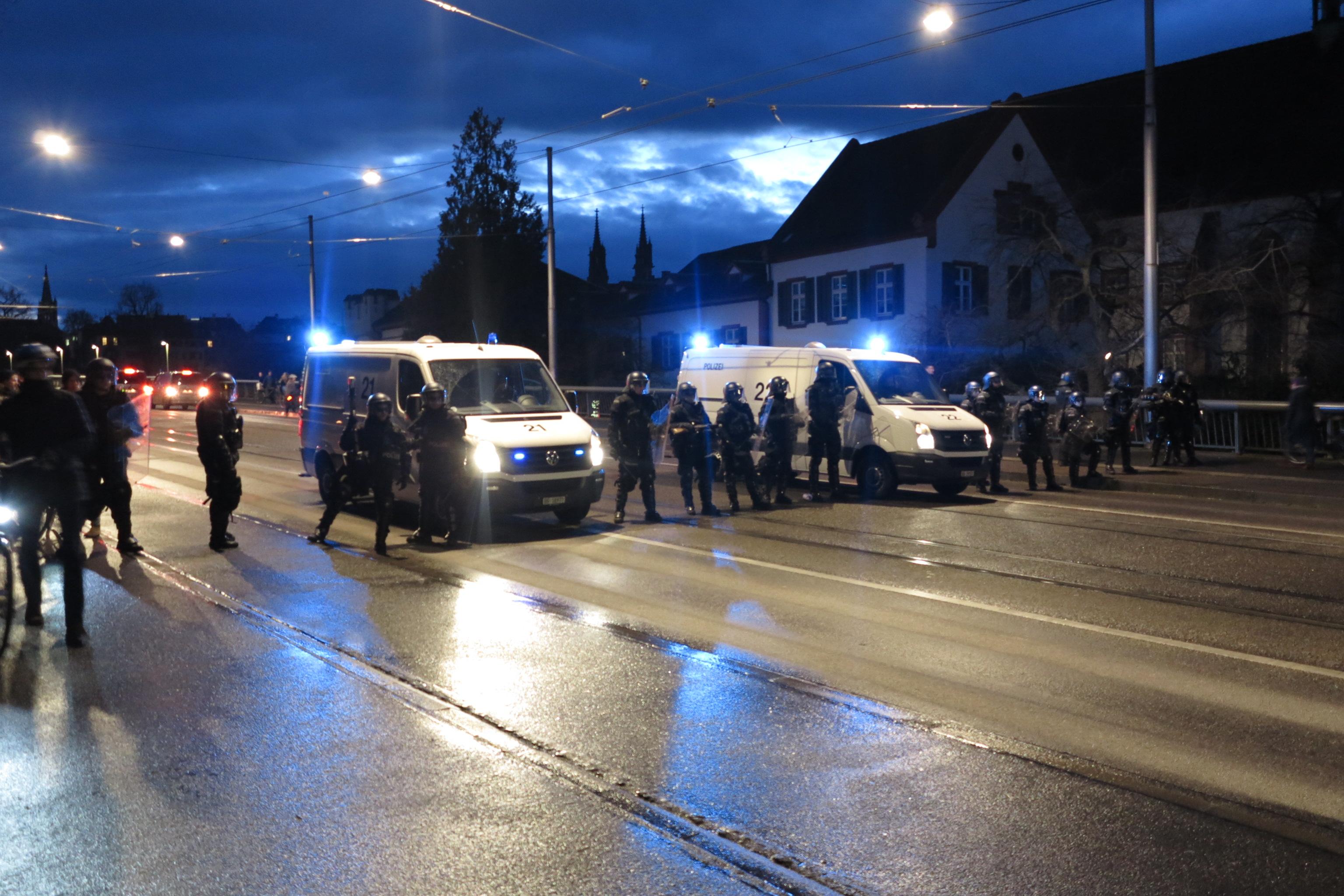 Ein Aufgebot von etwa 20 Polizisten warten auf die Demonstranten an der Wettsteinbrücke.
