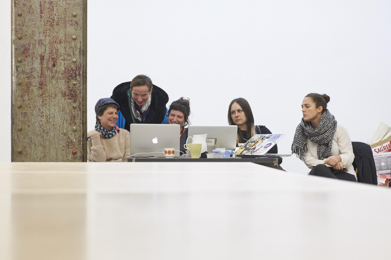 So sieht die Vorbereitung zum Edit-a-thon aus: Die vier Organisatorinnen mit Wikimedia-Schulerin.