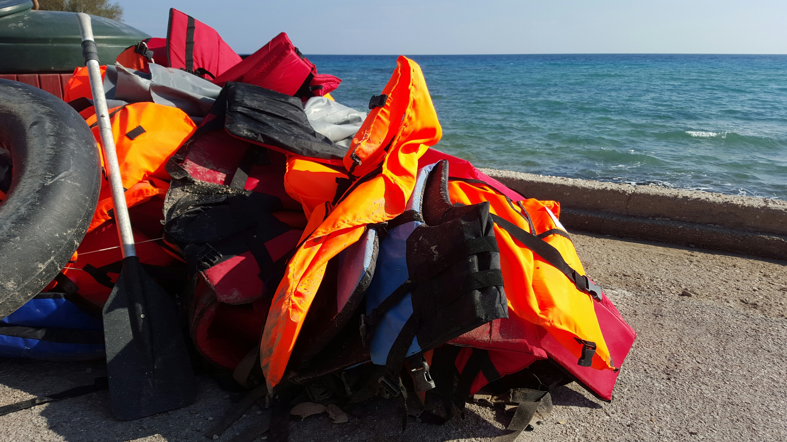 Haufen mit Schwimmwesten, wie man sie überall entlang der Küste findet, hier in Agia Ermioni.