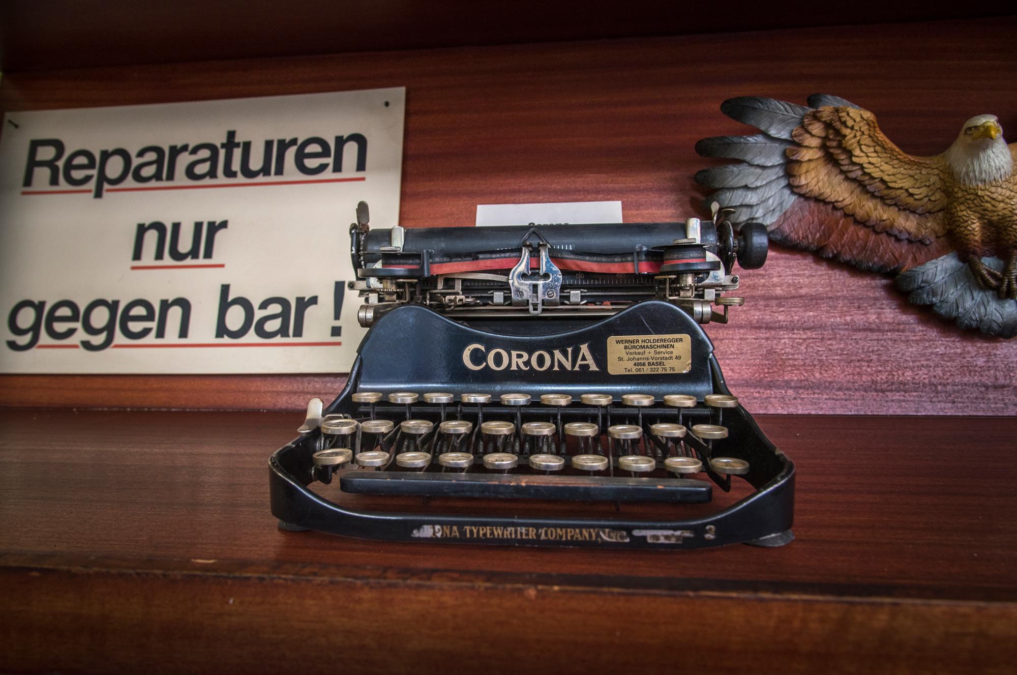 Keine Kreditkarten, keine Computer: Abgesehen vom Kopierer und ein paar alten Kassensystemen läuft bei Werner Holderegger nahezu alles noch ohne Strom.