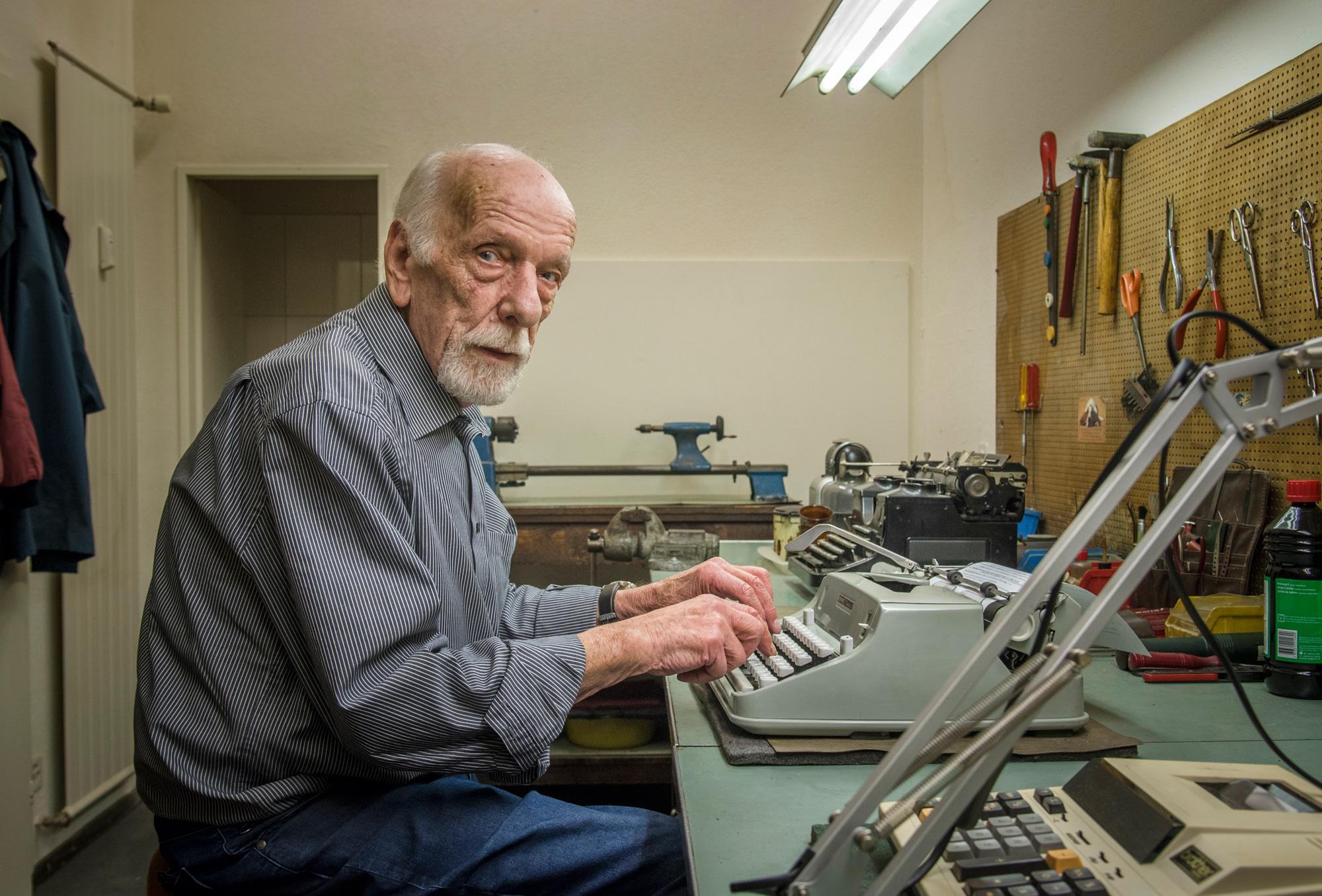 Eine der letzten Kliniken für Schreibmaschinen: Werner Holderegger wartet und repariert in seiner Werkstatt so manche Familienerbstücke, Sammlerobjekte und Arbeitsgeräte von Schriftstellern.