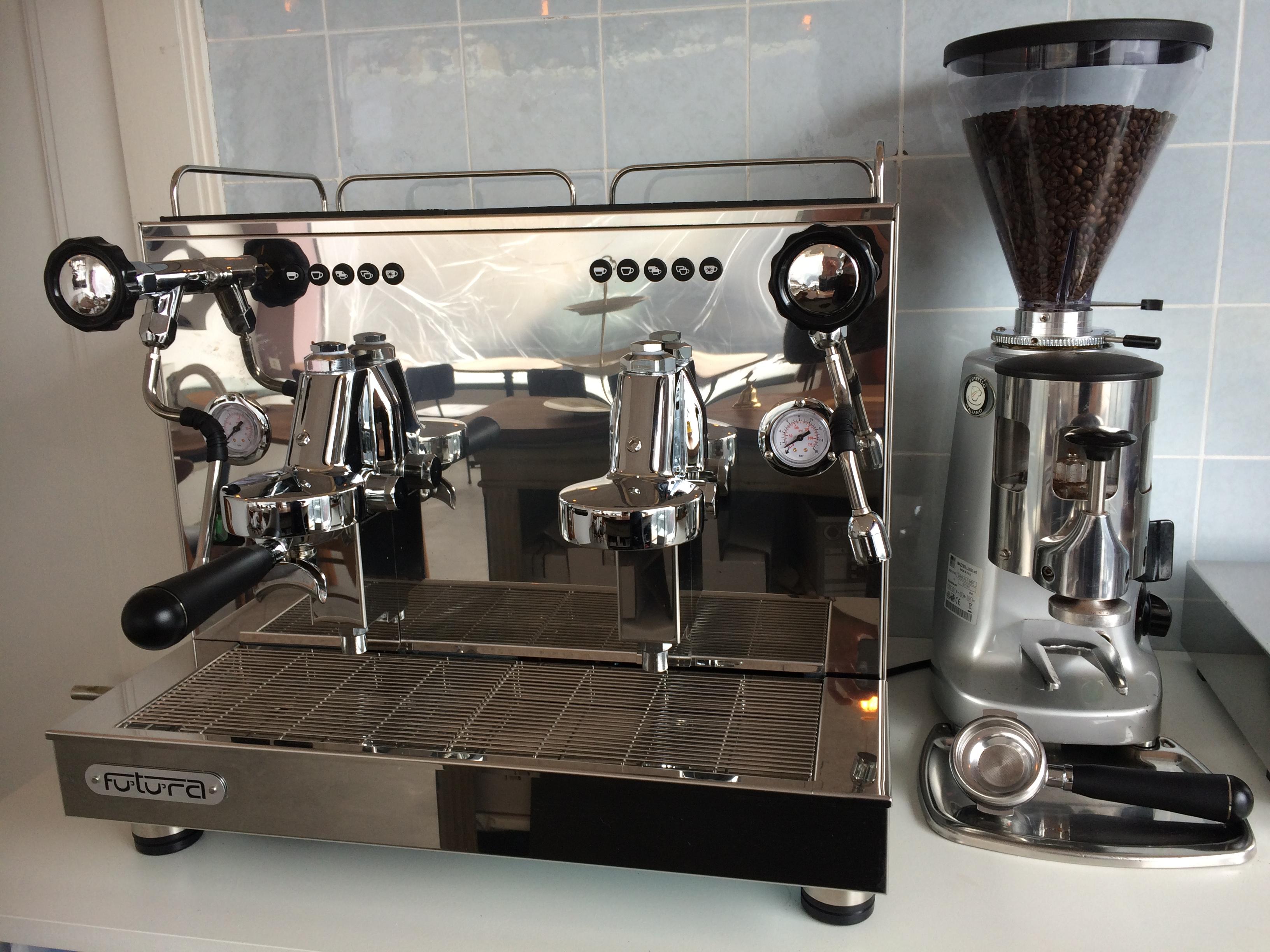 Oh, Baby, oh, Baby. Heisse Kaffeemaschine im Café Smilla.