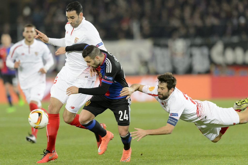 epa05204921 Basel's Renato Steffen (C) fights for the ball against Sevilla's Adil Rami (L) and Sevilla's Coke during the UEFA Europa League Round of 16 first leg soccer match between Switzerland's FC Basel 1893 and Spain's Sevilla Futbol Club at the St. Jakob-Park stadium in Basel, Switzerland, 10 March 2016. EPA/LAURENT GILLIERON