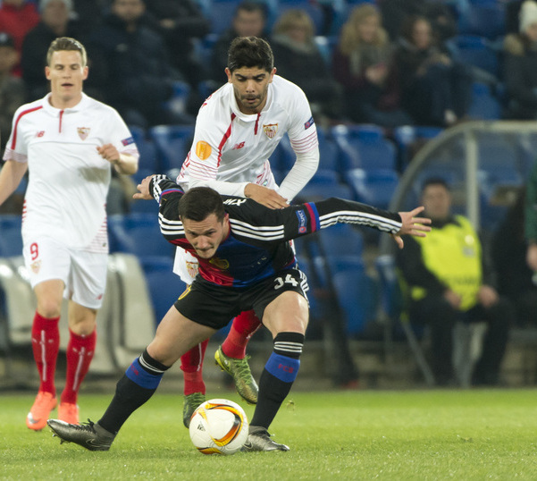 Sevilla's Ever Banega, back, fights for the ball against Basel's Taulant Xhaka, front, during the UEFA Europa League Round of 16 first leg soccer match between Switzerland's FC Basel 1893 and Spain's Sevilla Futbol Club at the St. Jakob-Park stadium in Basel, Switzerland, on Thursday, March 10, 2016. (KEYSTONE/Georgios Kefalas)