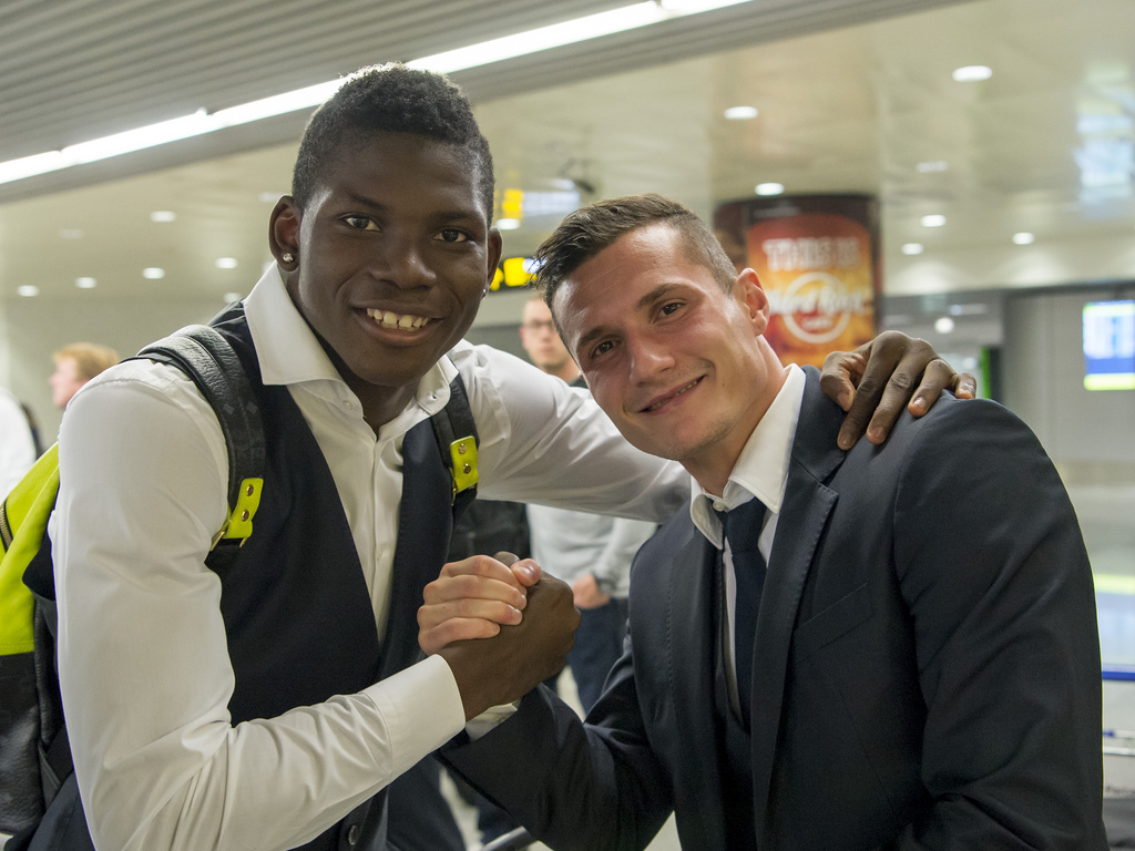 Breel Embolo, left, and Taulant Xhaka, right, of Switzerland's FC Basel 1893 on their arrival at the airport in Lisbon, Portugal, on Wednesday, November 4, 2015. Switzerland's FC Basel 1893 is scheduled to play against Portugal's C.F. Os Belenenses in an UEFA Europa League group I group stage matchday 4 soccer match on Thursday, November 5, 2015. (KEYSTONE/Georgios Kefalas)