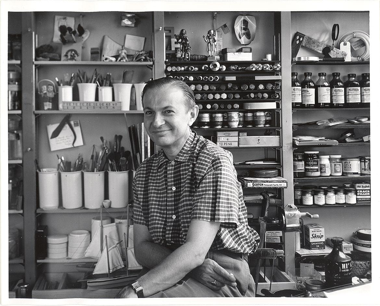 Alexander Girard in seinem Studio in den frühen 1950er Jahren, fotografiert von seinem langjährigen Freund Charles Eames.