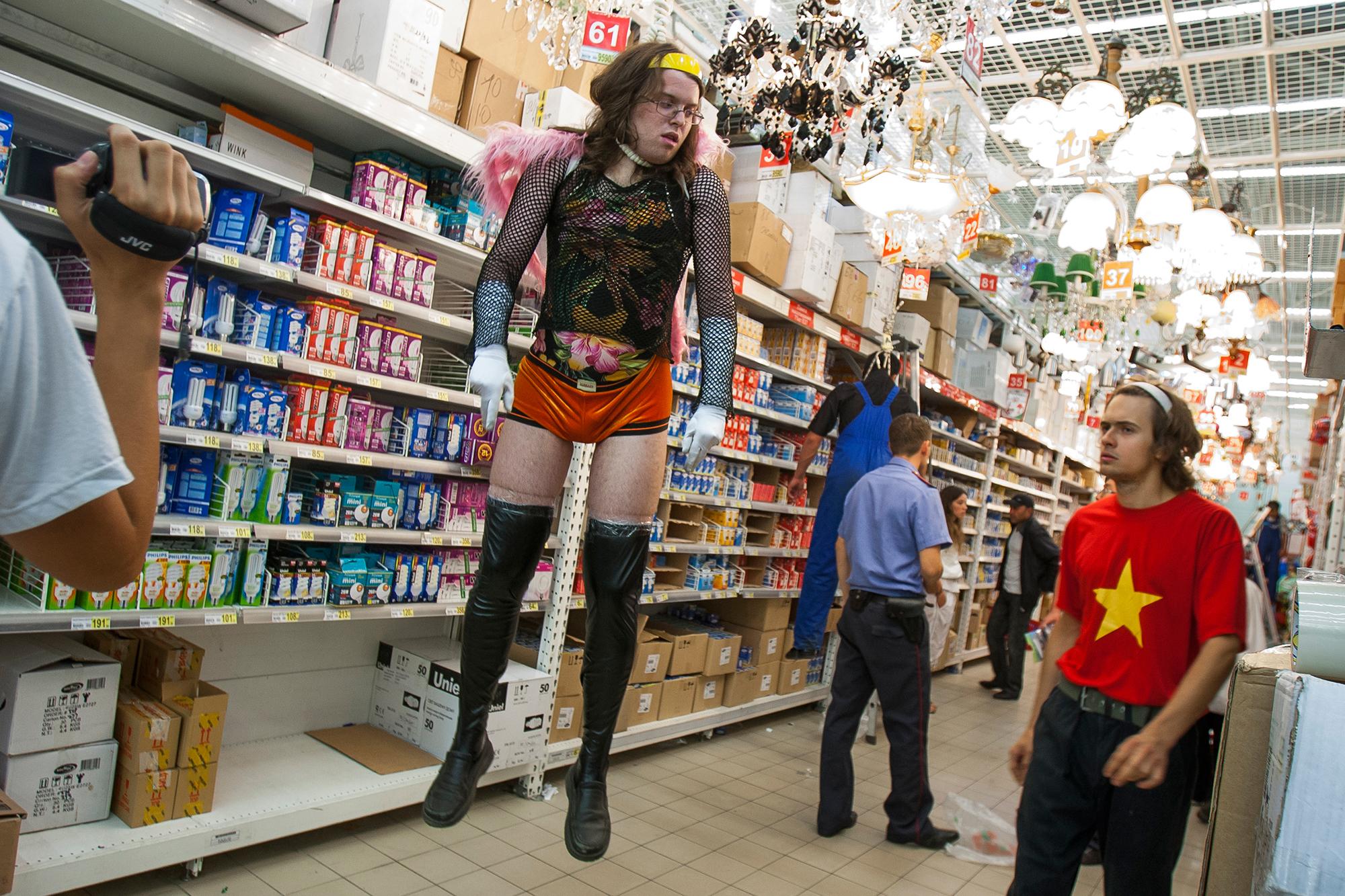 Für diese Performance am 7. September 2008 inszenierte Voina die Hinrichtung eines schwulen Aktivisten und eines Migranten im grössten Einkaufszentrum in Moskau. Der erhängte Mann im Vordergrund ist Grey Violet, ein langjähriger, enger Begleiter von Sokol und Vorotnikov und zurzeit ebenfalls in Basel.