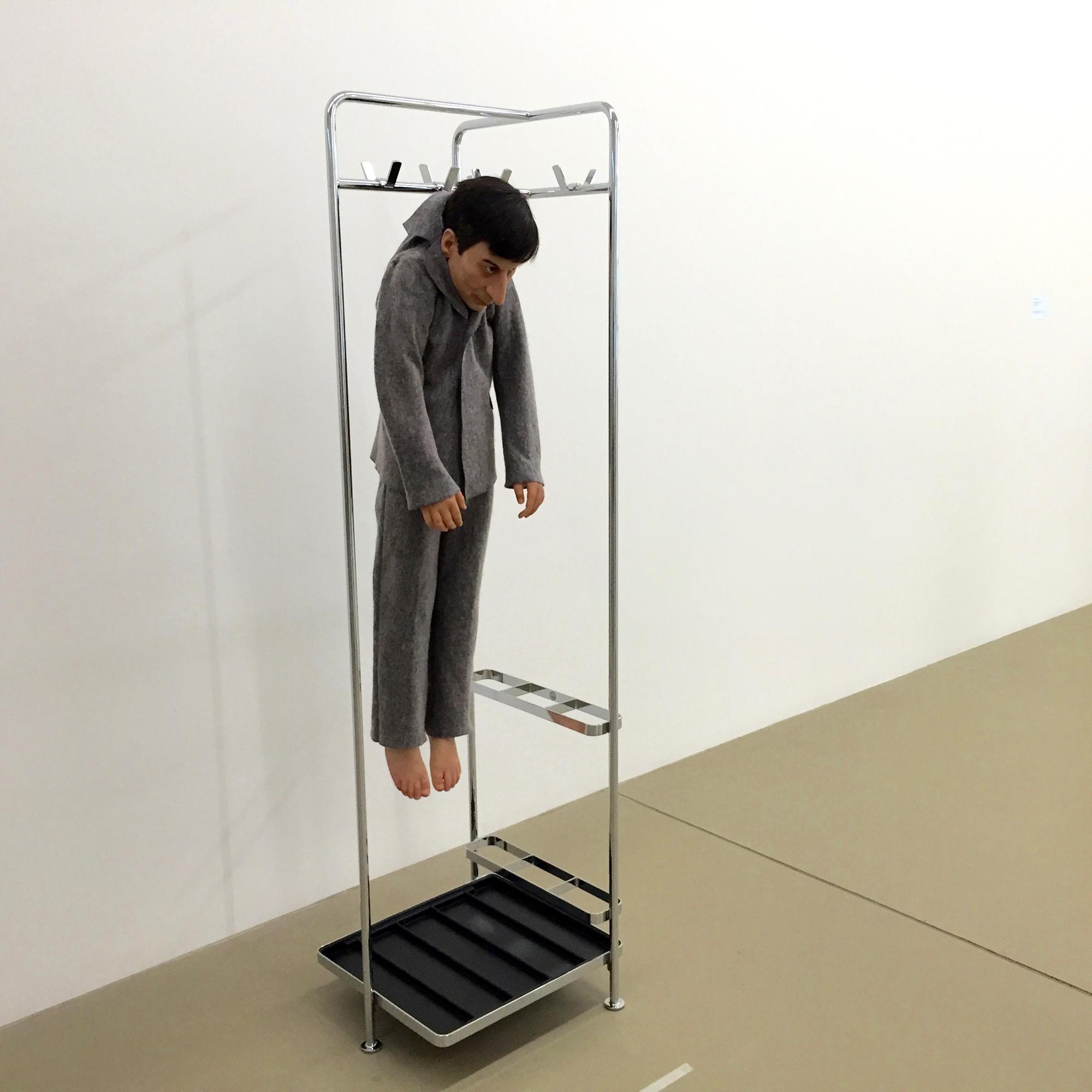 Maurizio Cattelan hängt das verkleinerte Selbst im Beuysschen Filzanzug in die Garderobe und verkündet: «La rivoluzione siamo noi»