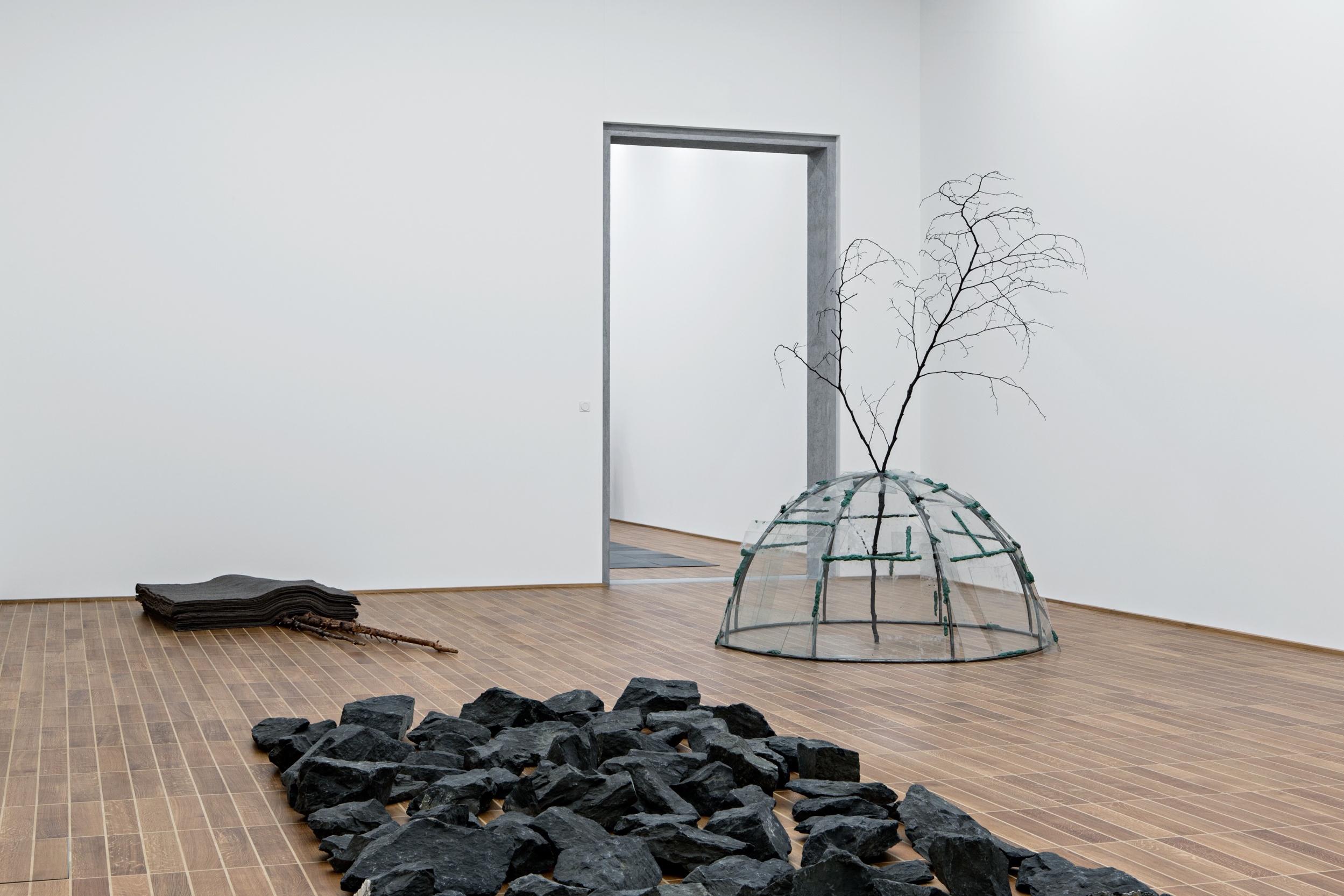 Der erweiterte Kunstbegriff mit Beuys' «Schneefall», Richard Longs «Stone Line» und einem Glas-Iglu von Mario Merz («Aqua scivola»).