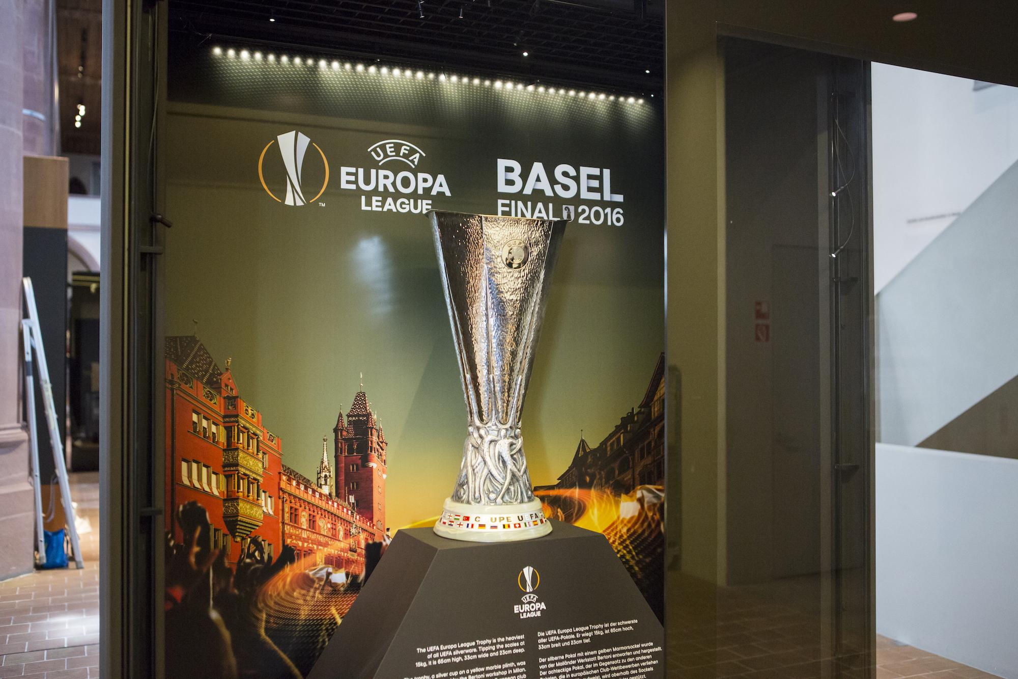 Der Uefa-Pokal für den Gewinner der Europa League im Historischen Museum in Basel im April/Mai 2016.