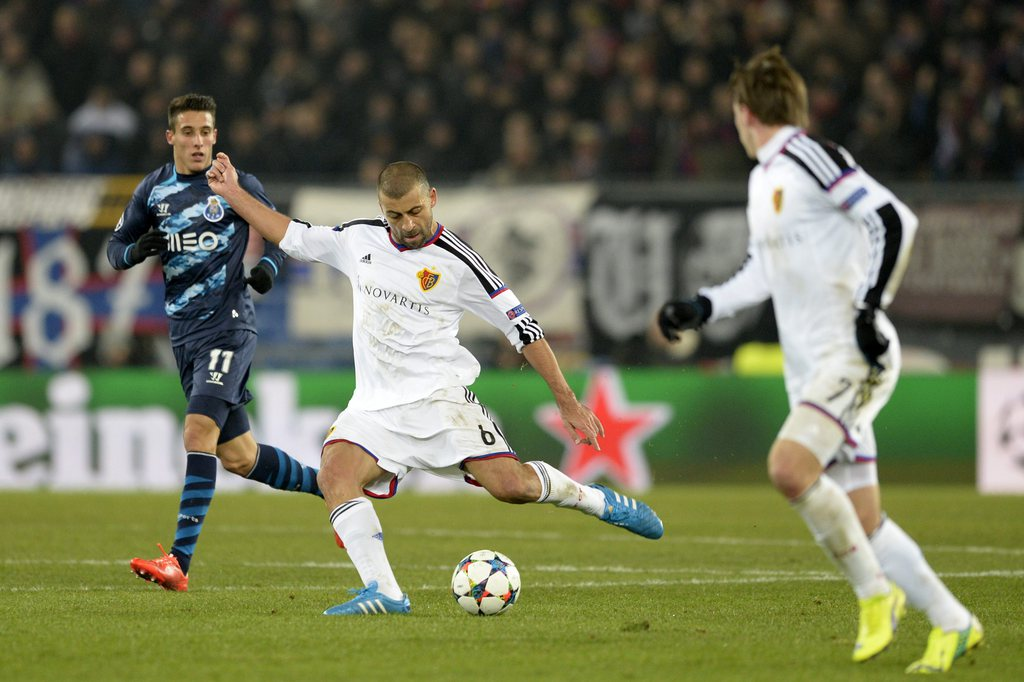 epa04626164 Basel's Walter Samuel, center, in action during an UEFA Champions League round of sixteen first leg soccer match between Switzerland's FC Basel 1893 and Portugal's FC Porto in the St. Jakob-Park stadium in Basel, Switzerland, on Wednesday, 18 February 2015. EPA/GEORGIOS KEFALAS
