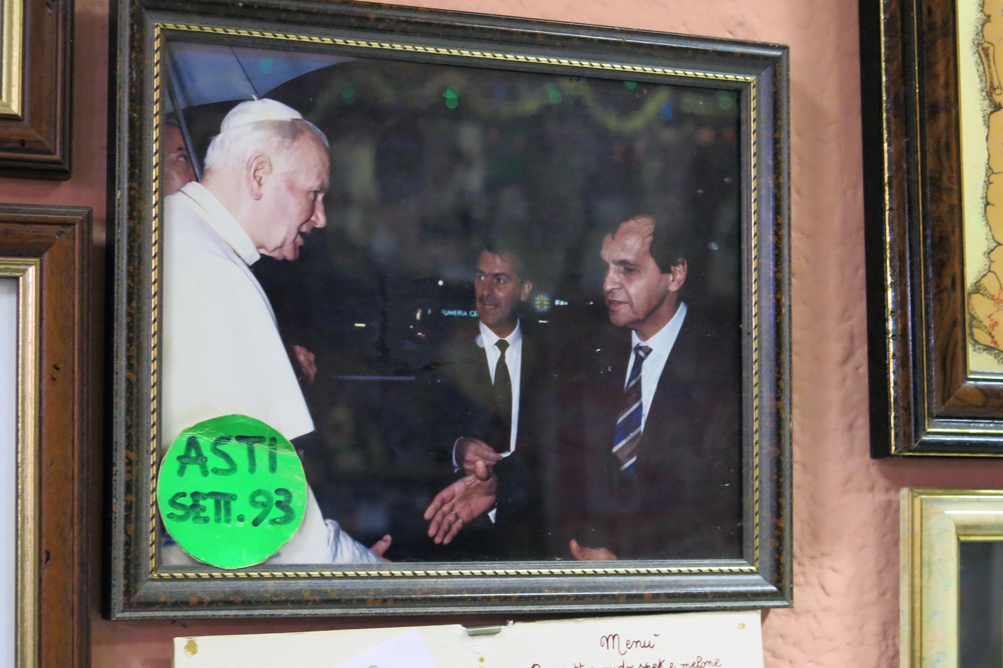 Bis heute ist nicht restlos aufgeklärt, ob sich die Hände unseres Wirts (Mann mit Krawatte) und des Papsts (Mann mit Pileolus) wirklich berührten.
