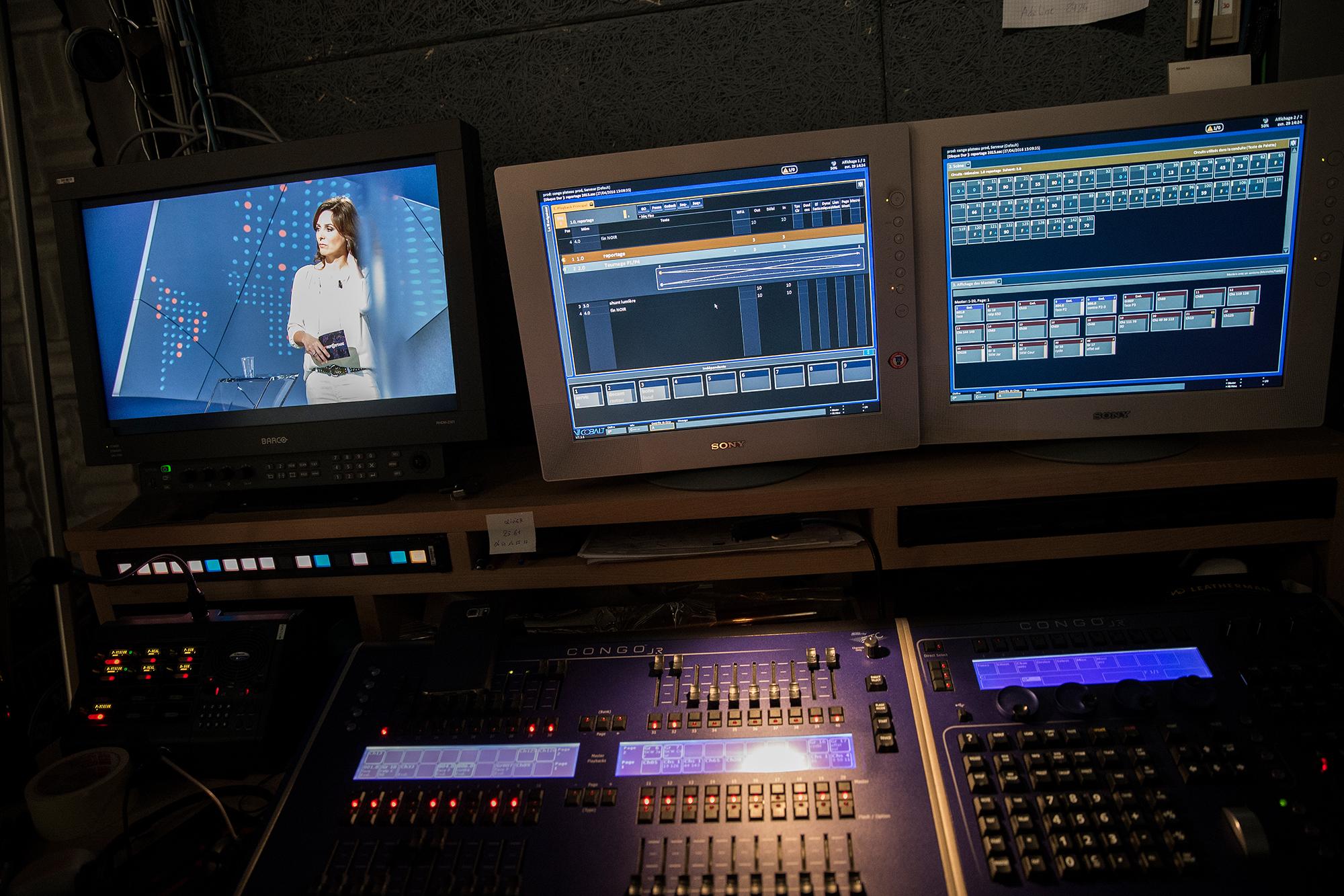 FOTO: TAGESWOCHE/STEFAN BOHRER - 29.4.16 - STRASBOURG/FR: BESUCH BEIM TV SENDER ARTE IN STRASBOURG - ANDREA FIES AN EINER ANMODERATION IM STUDIO.