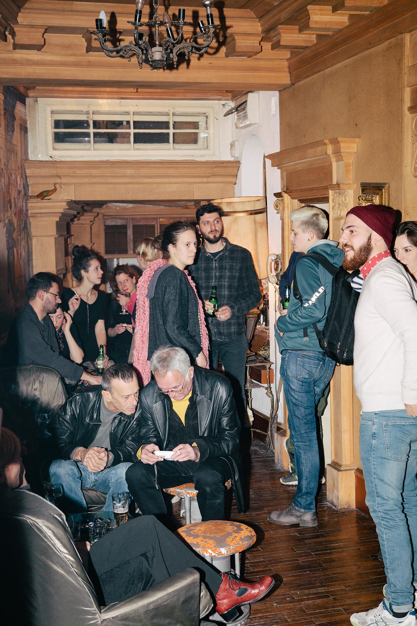 Gegen 23.00 Uhr bilden sich vor den Clubs die ersten kleinen Schlangen. Die Wände sind mit Street Art dekoriert, die Straßen voller Ateliers und fast mit jedem Schritt stolpert der Besucher in eine neue Welt. Auf den Straßen ein babylonisches Sprachengewirr. Im Laufe der Nacht verschmelzen diese Sprachen zu einer Universellen Verständnis von dem was diesen Stadtteil ausmacht. Wer Savamala nicht besucht hat, war auch nicht Belgrad.