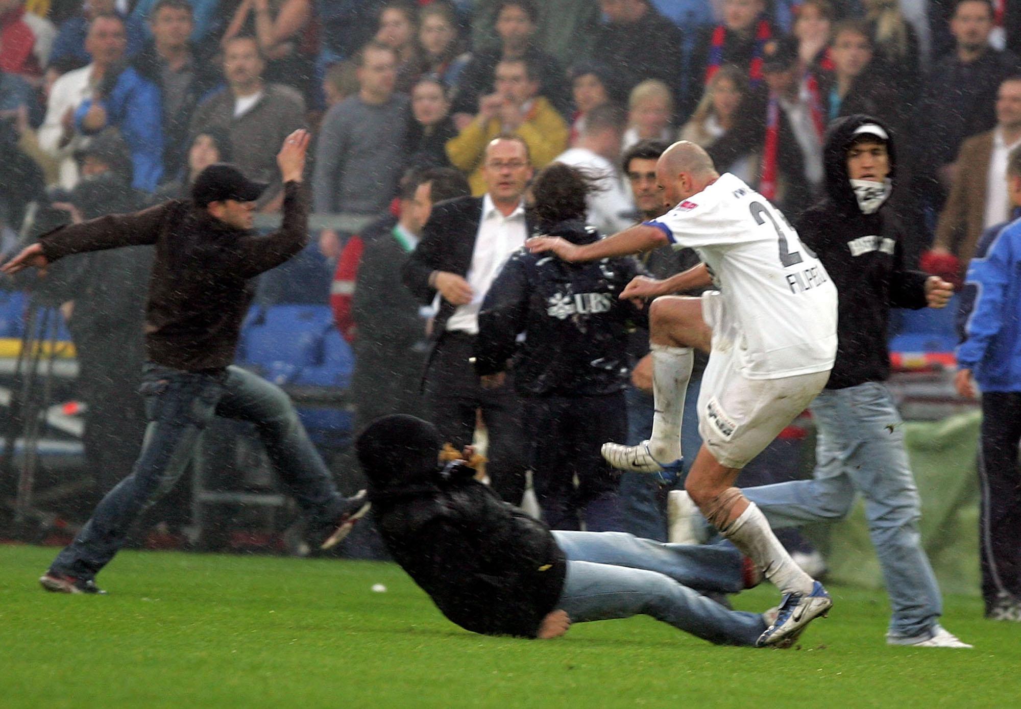 Fans pruegeln sich mit den Spielern: Iulian Filipescu wehrt einen Hooligan Angriff ab. Daniela Frutiger/freshfocus