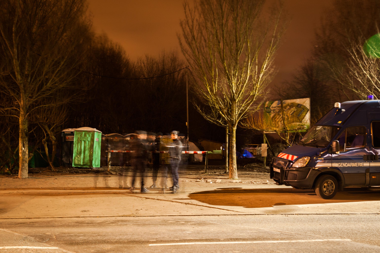 Die Polizei am Eingang des Dschungels kontrolliert Fahrzeuge auf nicht zugelassene Güter. Was rein darf und was nicht, variiert stark von Schicht zu Schicht.