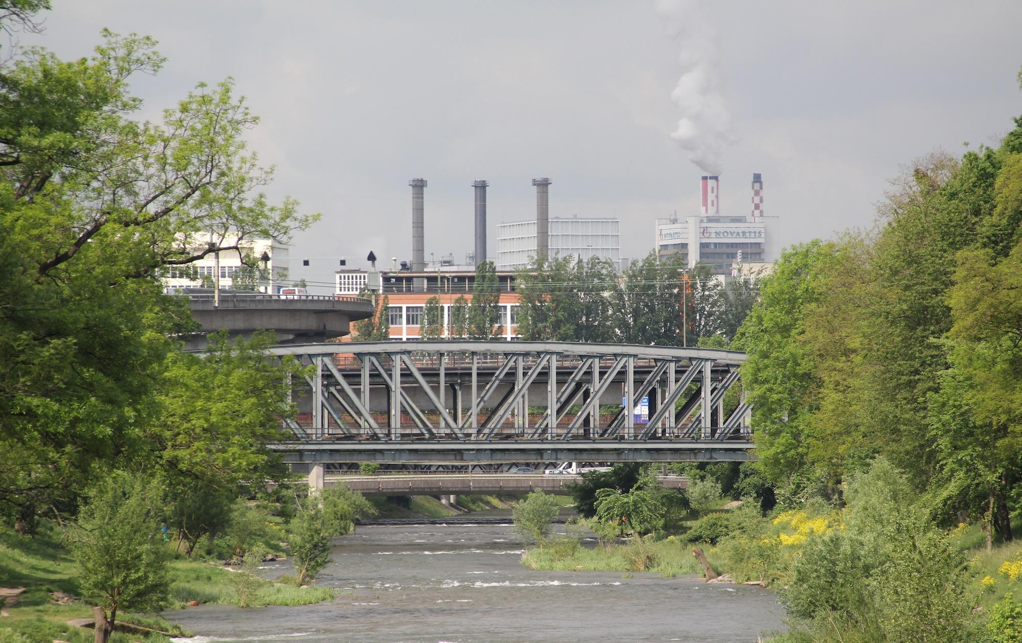 Eine weitere von vielen «Geisterbrücken» der DB: Diese bläulichen Stahlträger gehören zur alten Güterzugschleife, die einen Bogen durch die Langen Erlen schlägt.