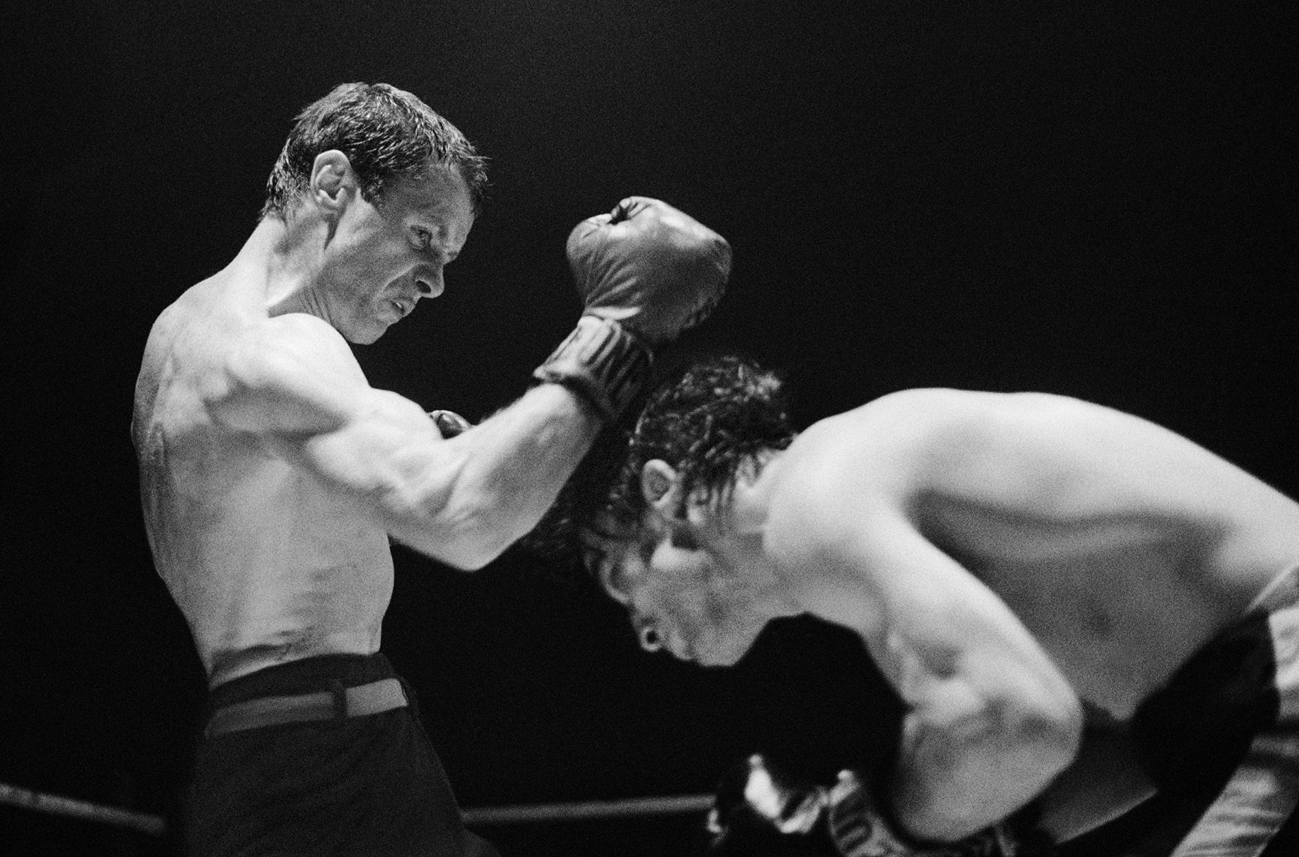 Der ehemalige Europameister im Fliegengewicht Fritz Chervet (links) gewinnt 1974 in Genf bei seinem Comeback, in einem hart geführten Kampf, gegen den Spanier Mariano Garcia über zehn Runden nach Punkten.
