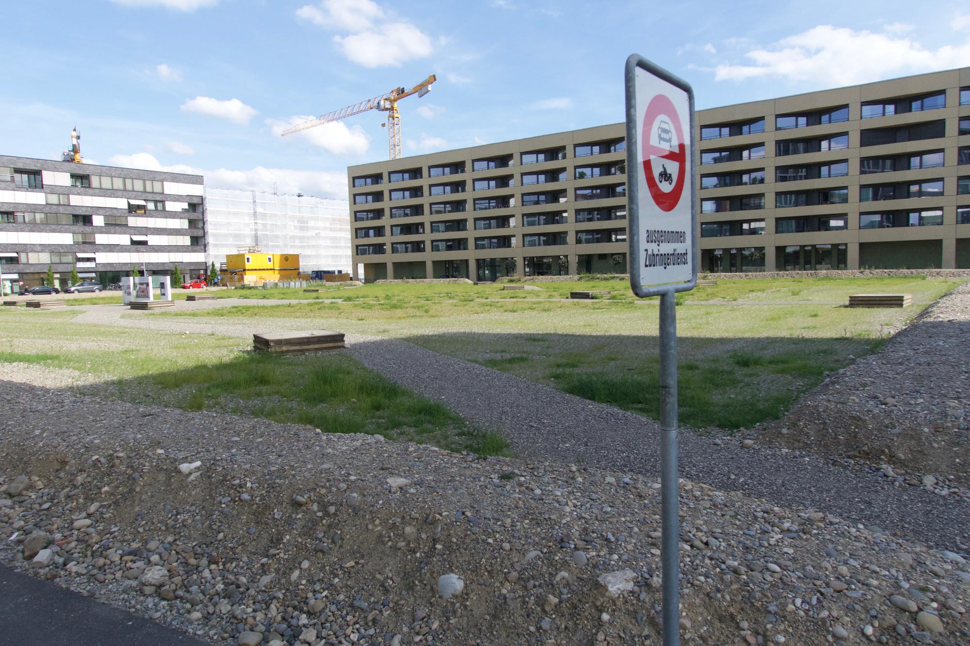Der Max-Kämpf-Platz ist noch eine gute Zeit lang nicht wirklich das einladende Herz des Quartiers.