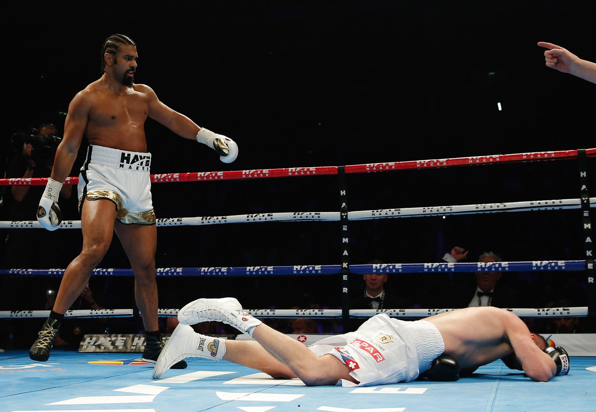 Schon in der ersten Runde geht Arnold Gjergjaj zum ersten Mal zu Boden.
