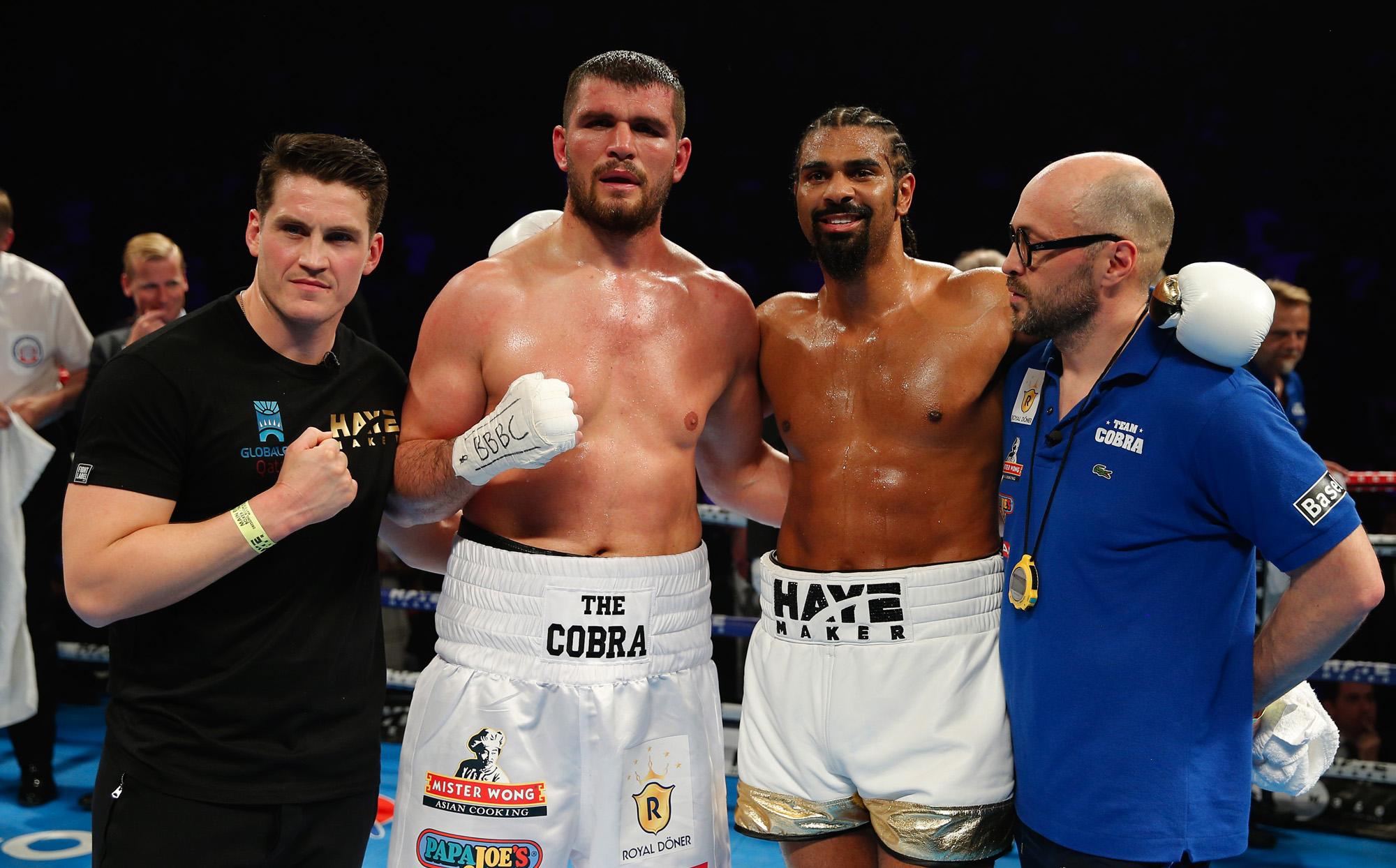 Die beiden Boxer posieren mit ihren beiden Trainern: Shane McGuigan undAngelo Gallina.