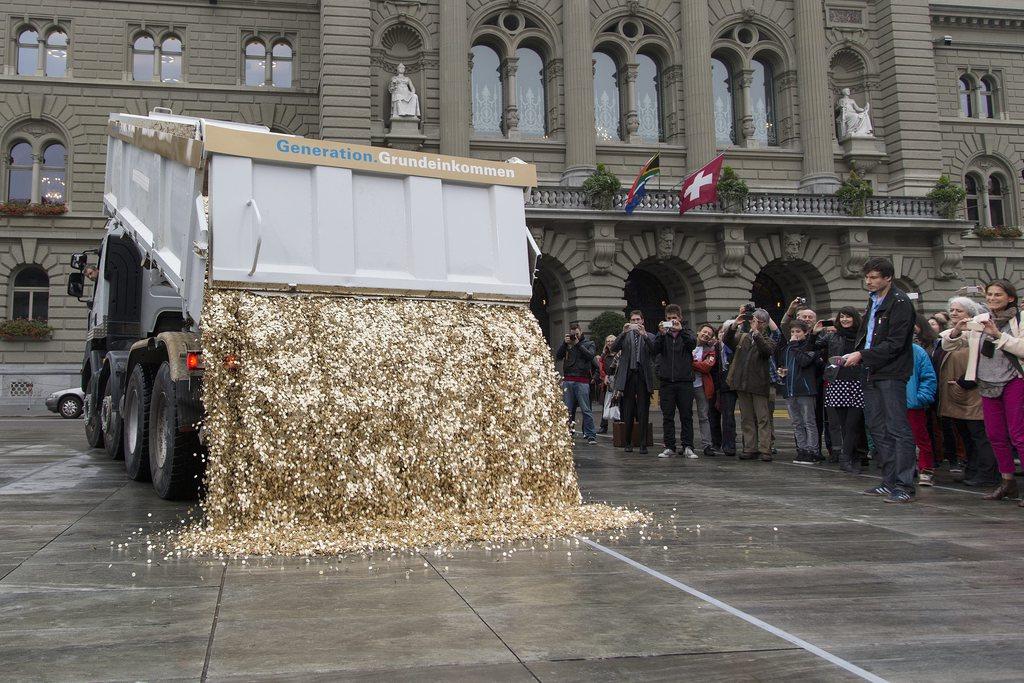 Ein Lastwagen kippt eine Ladung von 8 Millionen 5-Rappen-Stuecken im Wert von 400'000 Schweizer Franken und mit einem Gewicht von 15 Tonnen auf den Bundesplatz, am Freitag, 4. Oktober 2013, in Bern. Diese Aktion fand anlaesslich der Unterschriftenuebergabe der Initiative