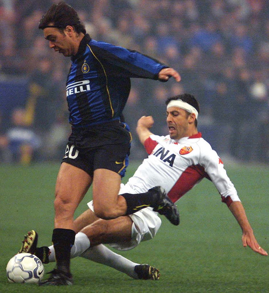 ROM25 - 20020324 - MILAN, ITALY : Uruguayan Alvaro Recoba (L) of Inter Milan avoids to be marked by Argentinian Walter Adrian Samuel of AS Roma on his way to score during the Italian Serie A soccer match between the two overall leaders teams late Sunday, 24 March 2002. At the end of the first half, Inter is leading 2-0 with two goals scored by Recoba and Christian Vieri. EPA PHOTO ANSA/DANIEL DAL ZENNARO/pal mda