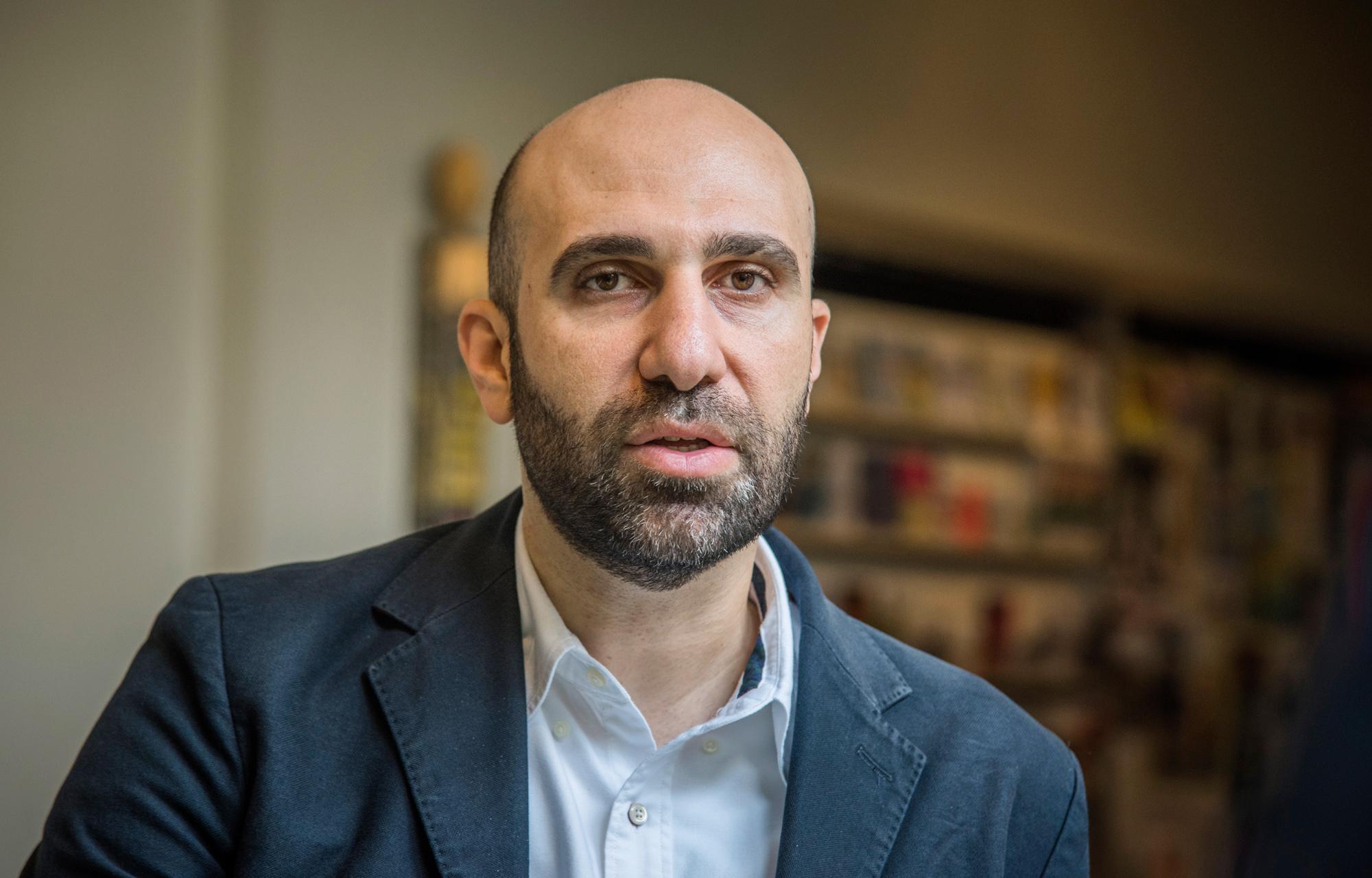 Der arabisch-israelische Psychologe Ahmad Mansour fordert mehr Extremismus-Prävention an den Schulen.