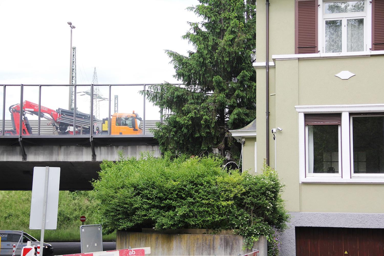 Wenn Lastwagen am Fenster vorbeirattern: Ein Aufenthalt im Garten ist für manche Anwohner des Wettsteinquartiers nicht möglich. Daher wird nun zusammen mit den Kollegen aus der Breite eine weitere Lärmschutz-Petition lanciert.