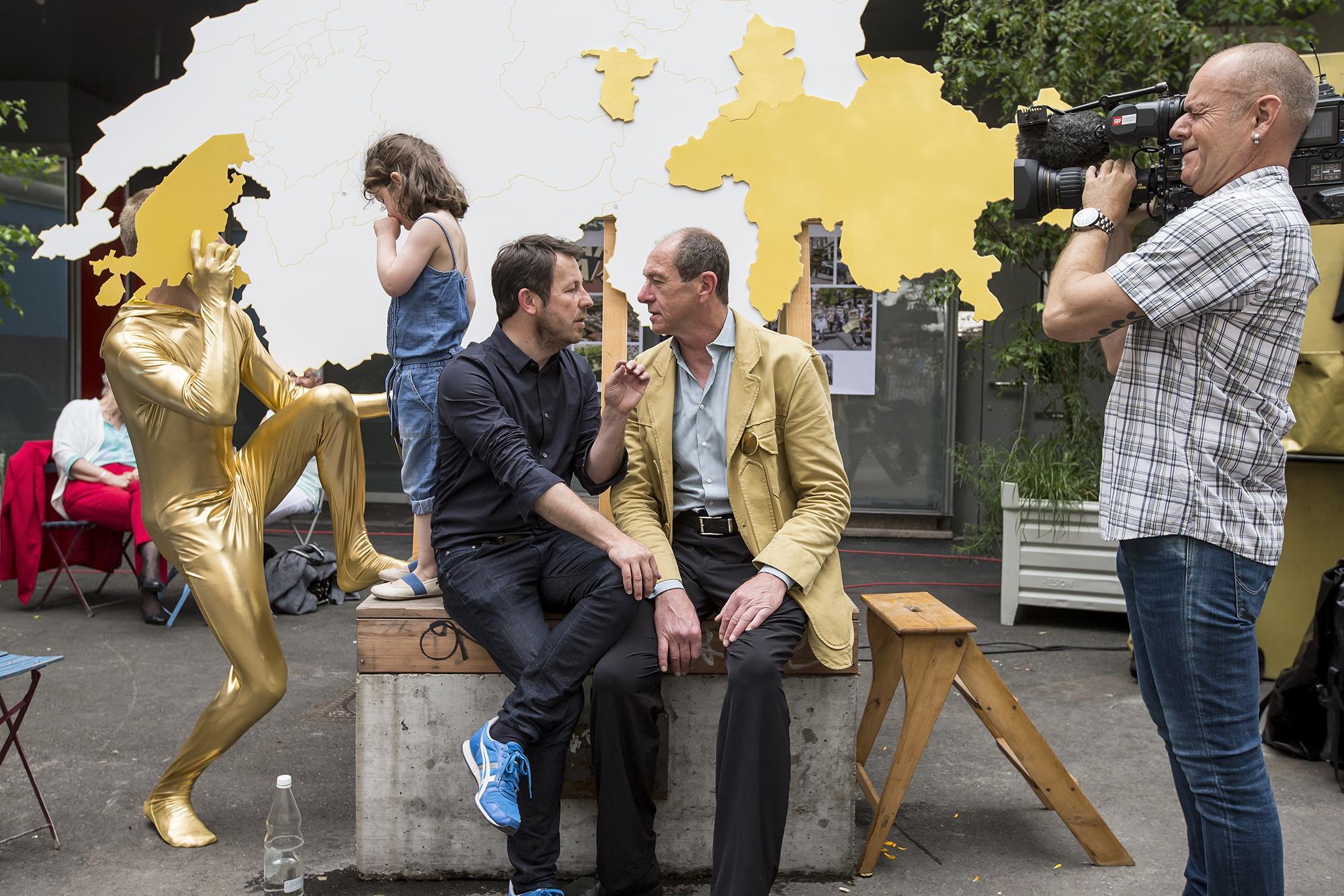 Die beiden Ur-Initianten Daniel Häni, links, und Enno Schmidt, rechts, am Abstimmungsfest.