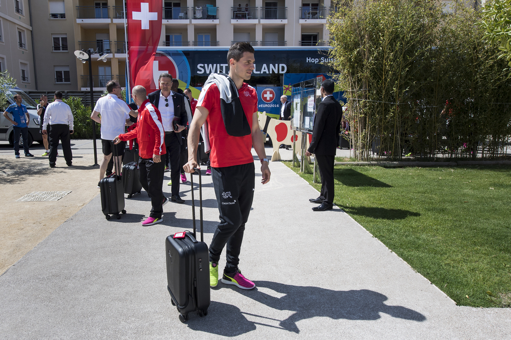 The Swiss national soccer team with Swiss defender Fabian Schaer, arrives with the car, at the team hotel, in Montpellier, France, Monday, June 6, 2016. The Swiss national soccer team will play in Group A during the UEFA EURO 2016 soccer championship in France. (KEYSTONE/Jean-Christophe Bott)