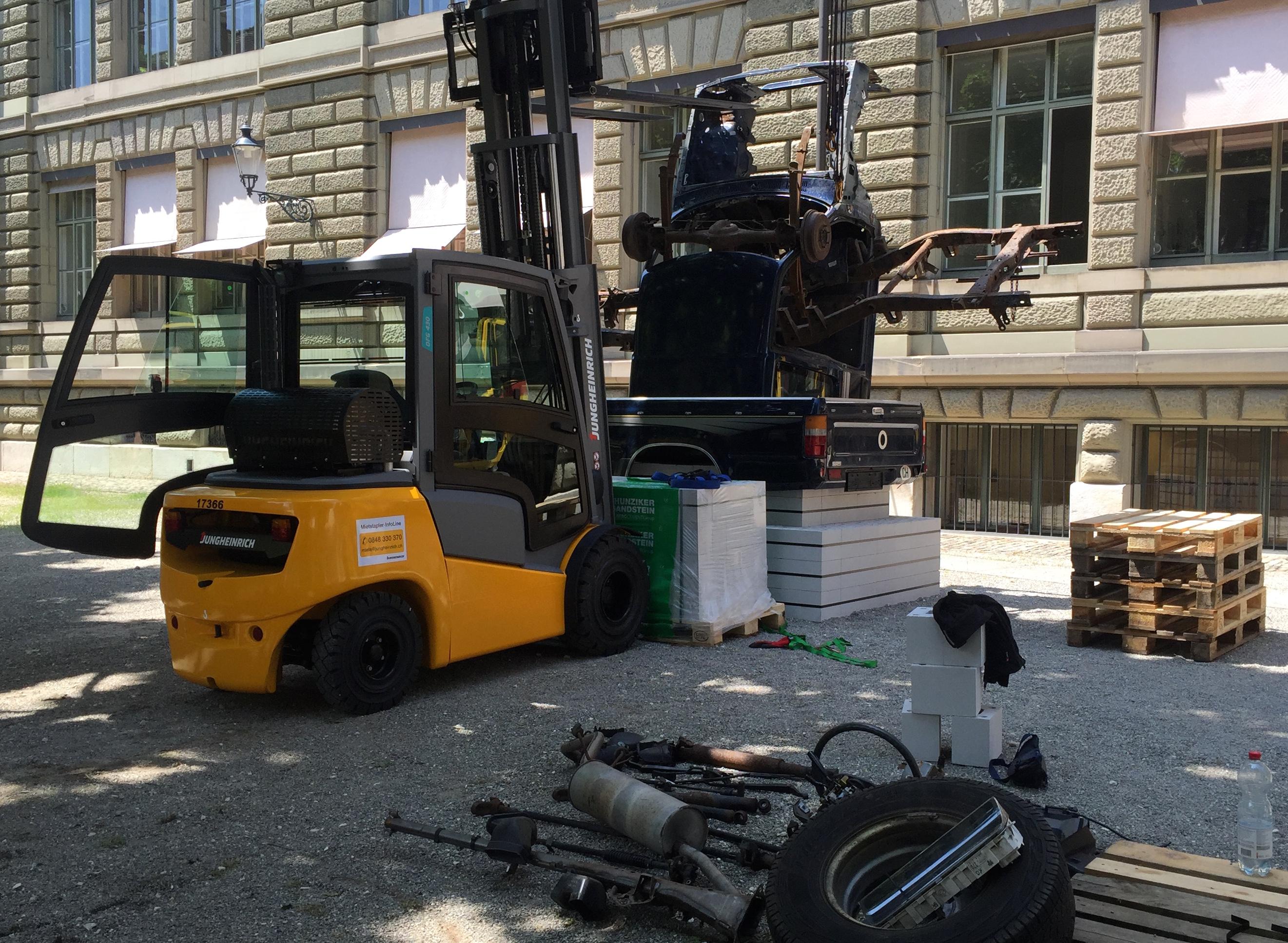 Virginia Overton installiert hinter dem Baudepartement ihre Arbeit: Ein auseinandergenommener Pickup wird neu zusammengesetzt – hier noch in der Entstehung.
