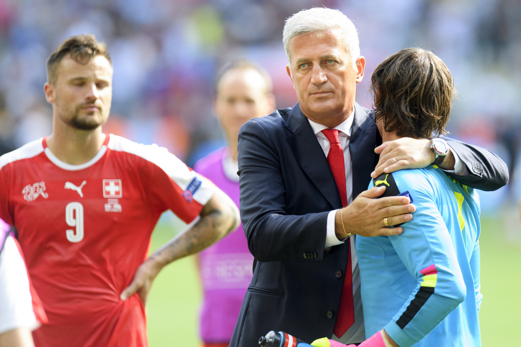 Swiss goalkeeper Yann Sommer, right, looks desapointed with Swiss head coach Vladimir Petkovic, center, and Swiss forward Haris Seferovic, left, after loosing the UEFA EURO 2016 round of 16 soccer match between Switzerland and Poland, at the Geoffroy Guichard stadium in Saint-Etienne, France, Saturday, June 25, 2016. (KEYSTONE/Jean-Christophe Bott)