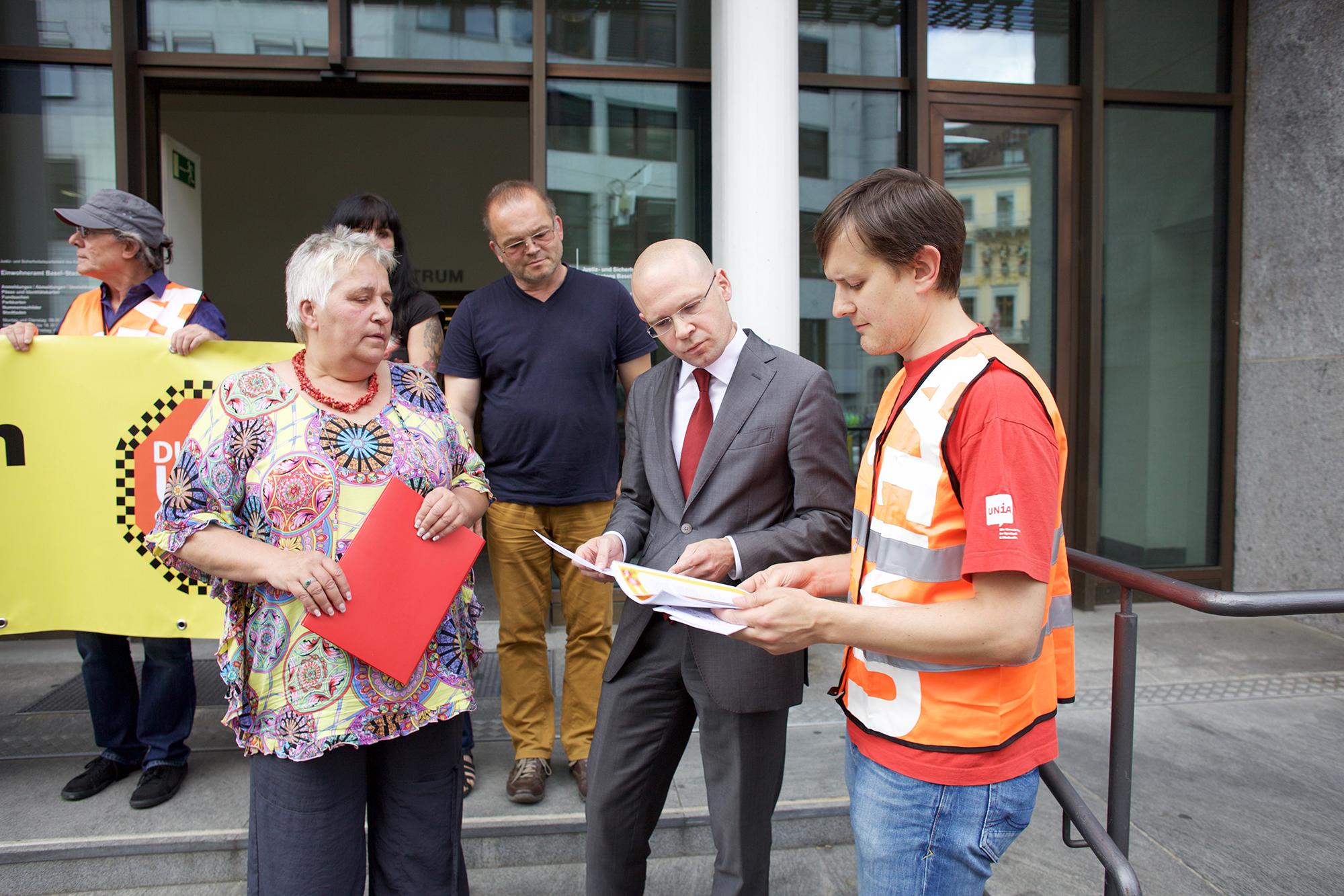 Die Übergabe des Briefes und des Dossiers mit den Recherchen der Taxi-Fahrer.