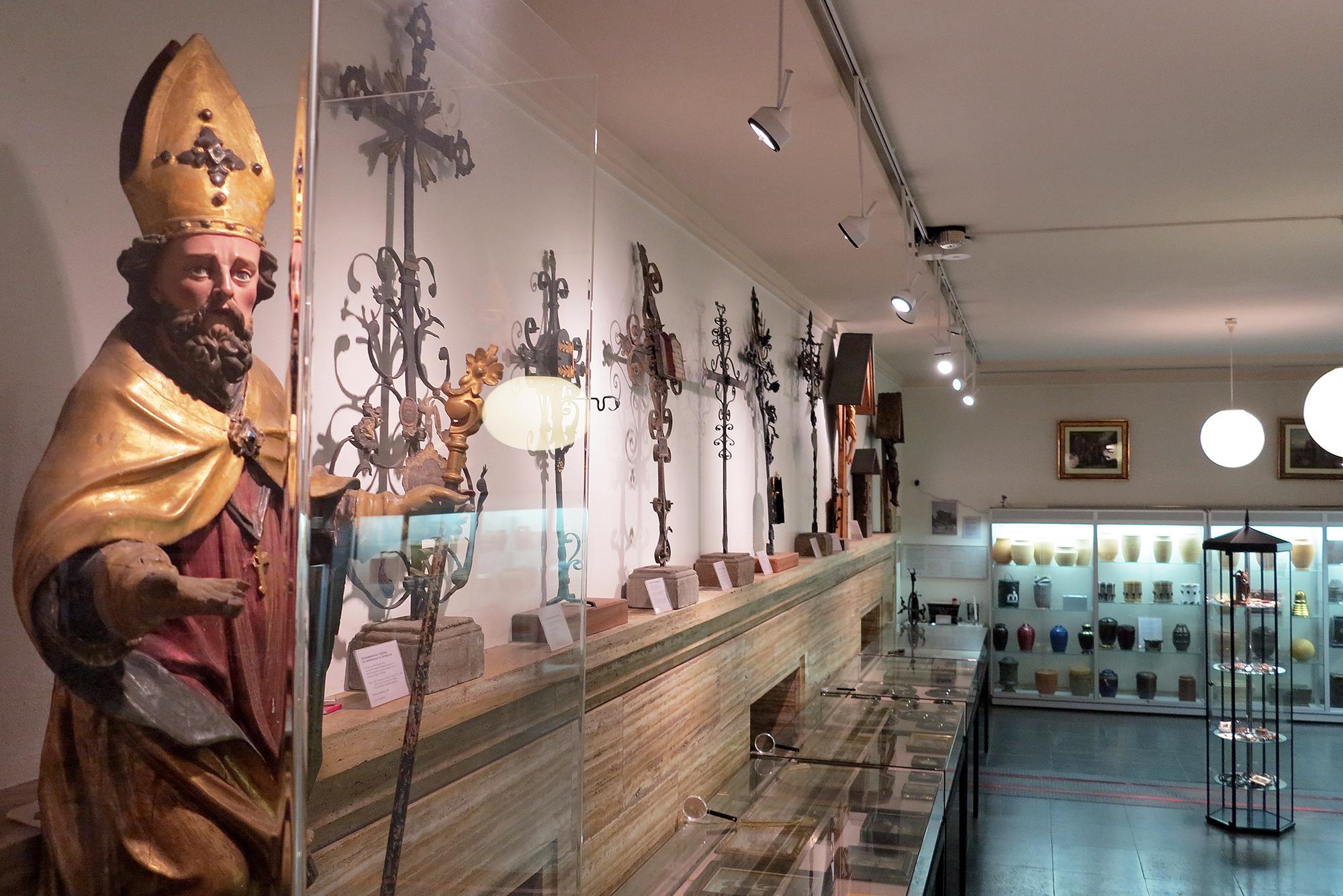 Seit 55 Jahren sammelt Galler Objekte, die mit Bestattungen in Verbindung stehen.