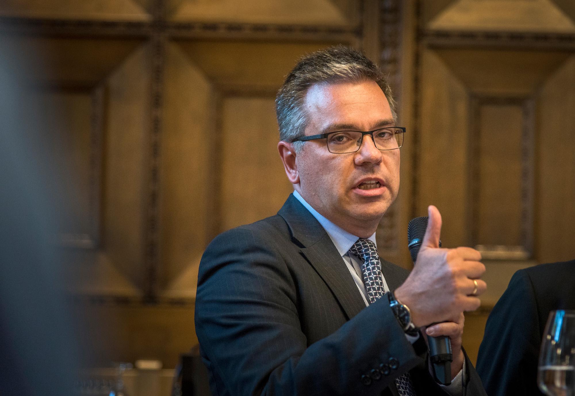Novartis Chef-Ökonom Dr. Stephan Mumenthaler: Daumen hoch – aber nicht, wenn das mit den Bilateralen nicht klappt.
