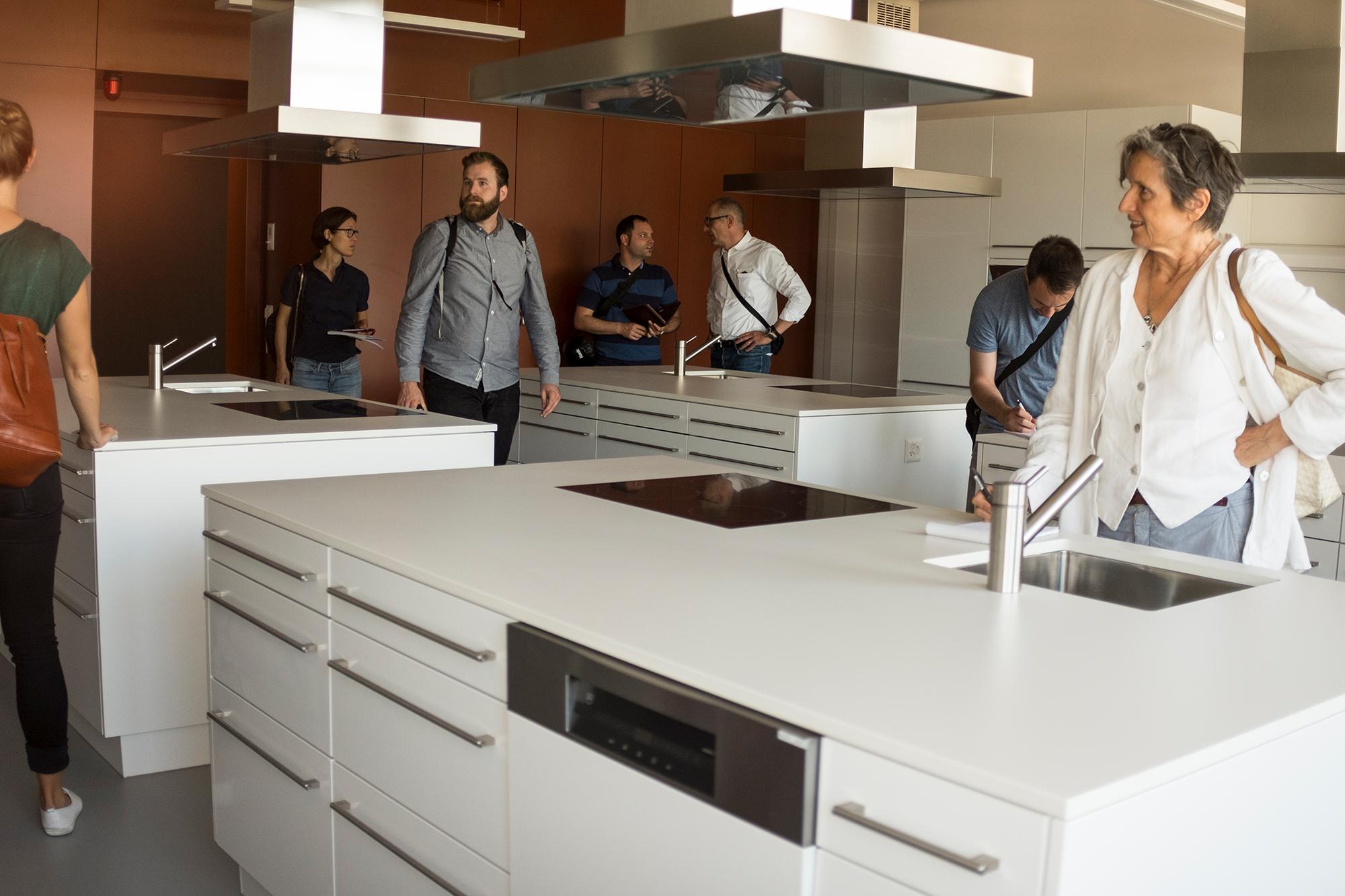 Da freuen sich sogar die Journalisten. Schnieke Küchenzeile im Hauswirtschaftsraum.