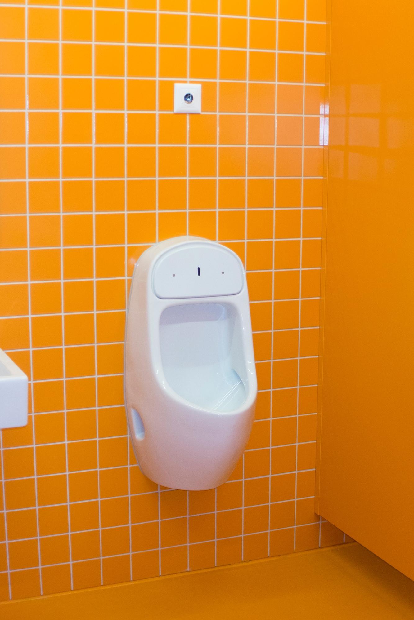 Nie mehr das WC suchen: unübersehbares Knallorange im neuen Sandgruben-Schulhaus.