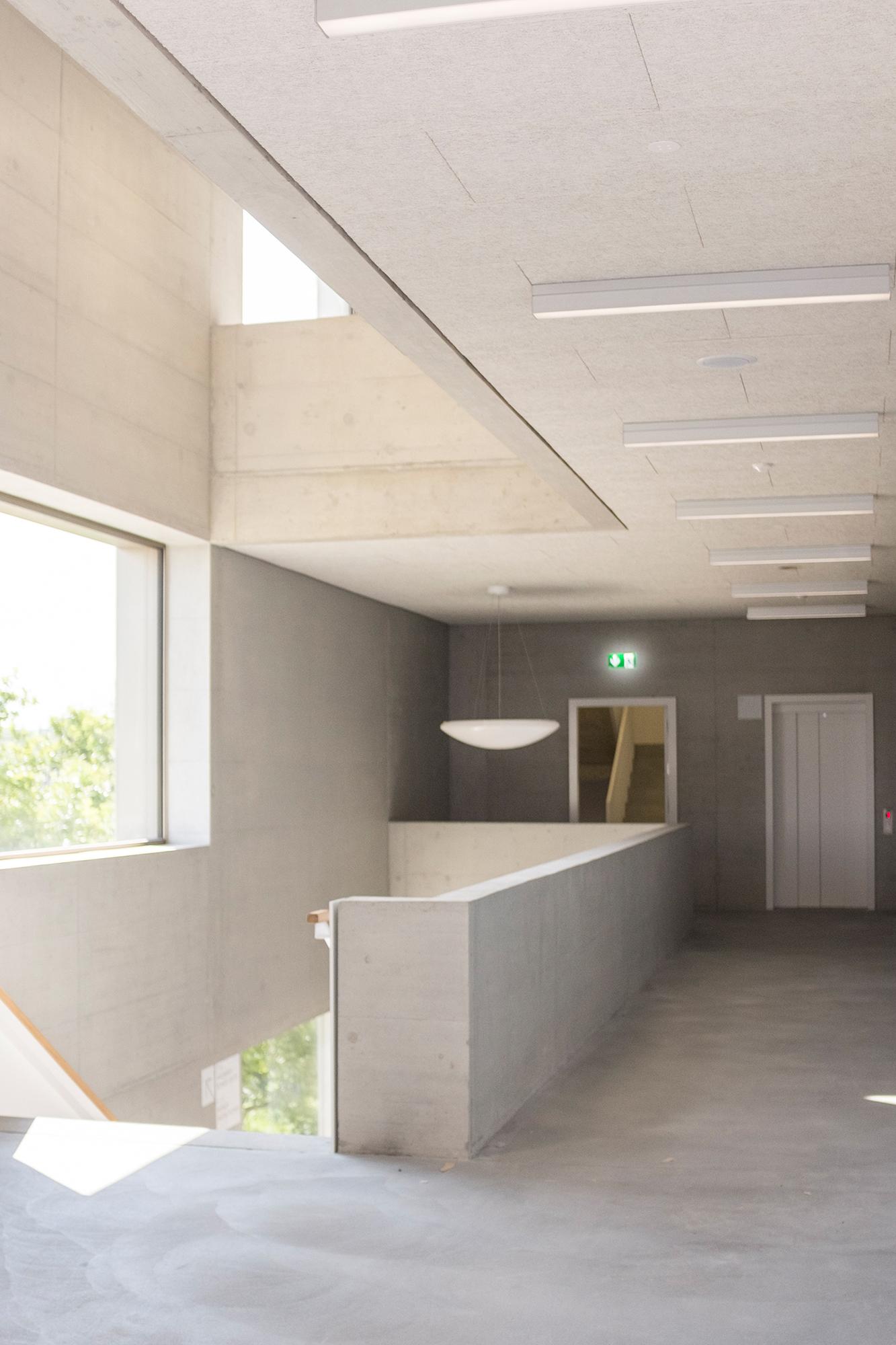 Fast wie das Kunstmuseum. Beton, schlichtes Grau, Handläufe aus Holz - «ehrliche» Architektur im Sandgruben.