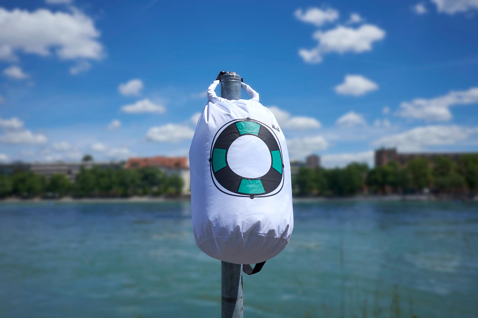 Ein Bad im Rhein kühlt und fasziniert nicht nur Einheimische. Schwimmsäcke gibt es auch von der TagesWoche.
