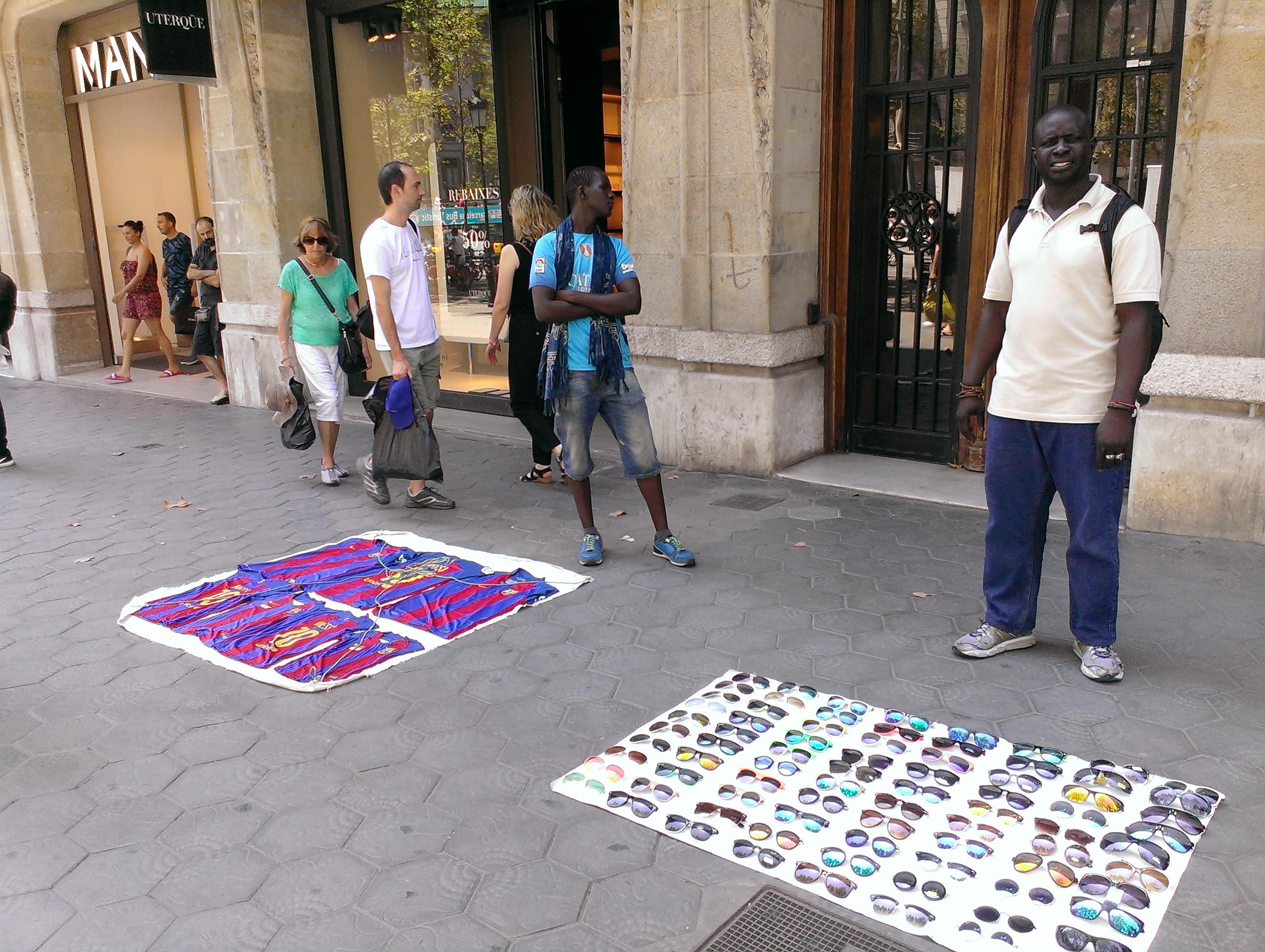 Strassenhändler Pape Diop (rechts) kämpft für mehr Rechte für die Manteros.