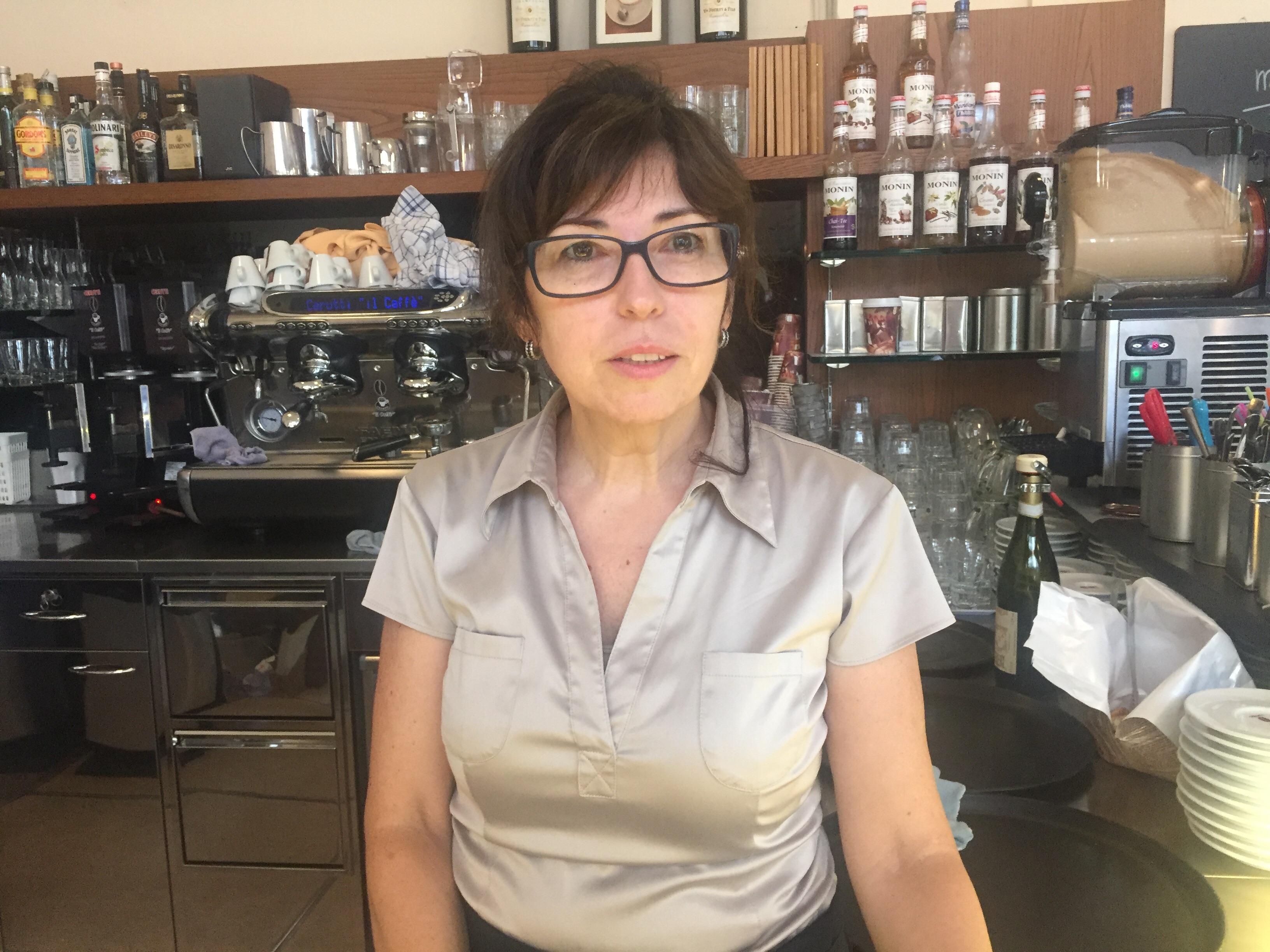 Angela Scialfa arbeitet im Cappuccino an der Falknerstrasse. Fenster und Türen muss sie schliessen, wenn der Lärm draussen zu laut ist.