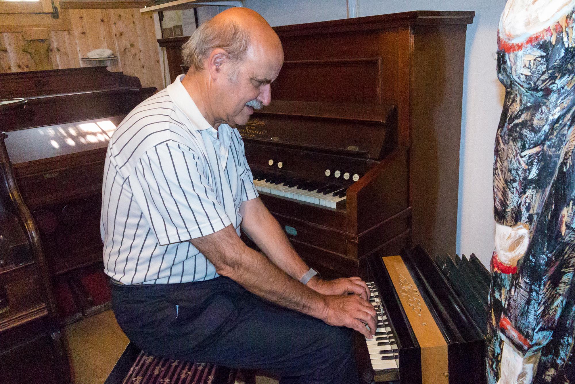 Stalder spielt auf einem Miniarmonium. Er besitzt Harmonien in allen Grössen...