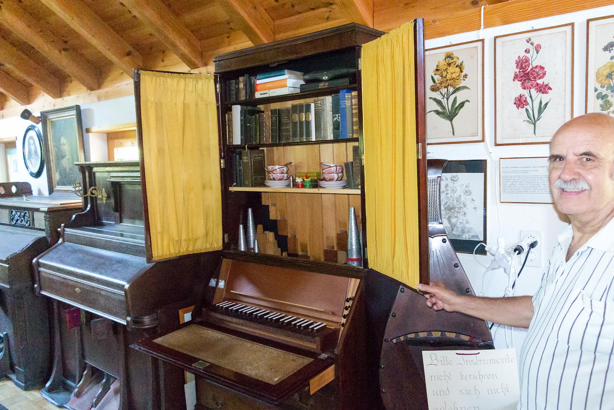 Dieter Stalder: «Von dieser eingebauten Orgel in einem Sekretär liess ich mich für meinen eigenen Orgelbau inspierieren.»