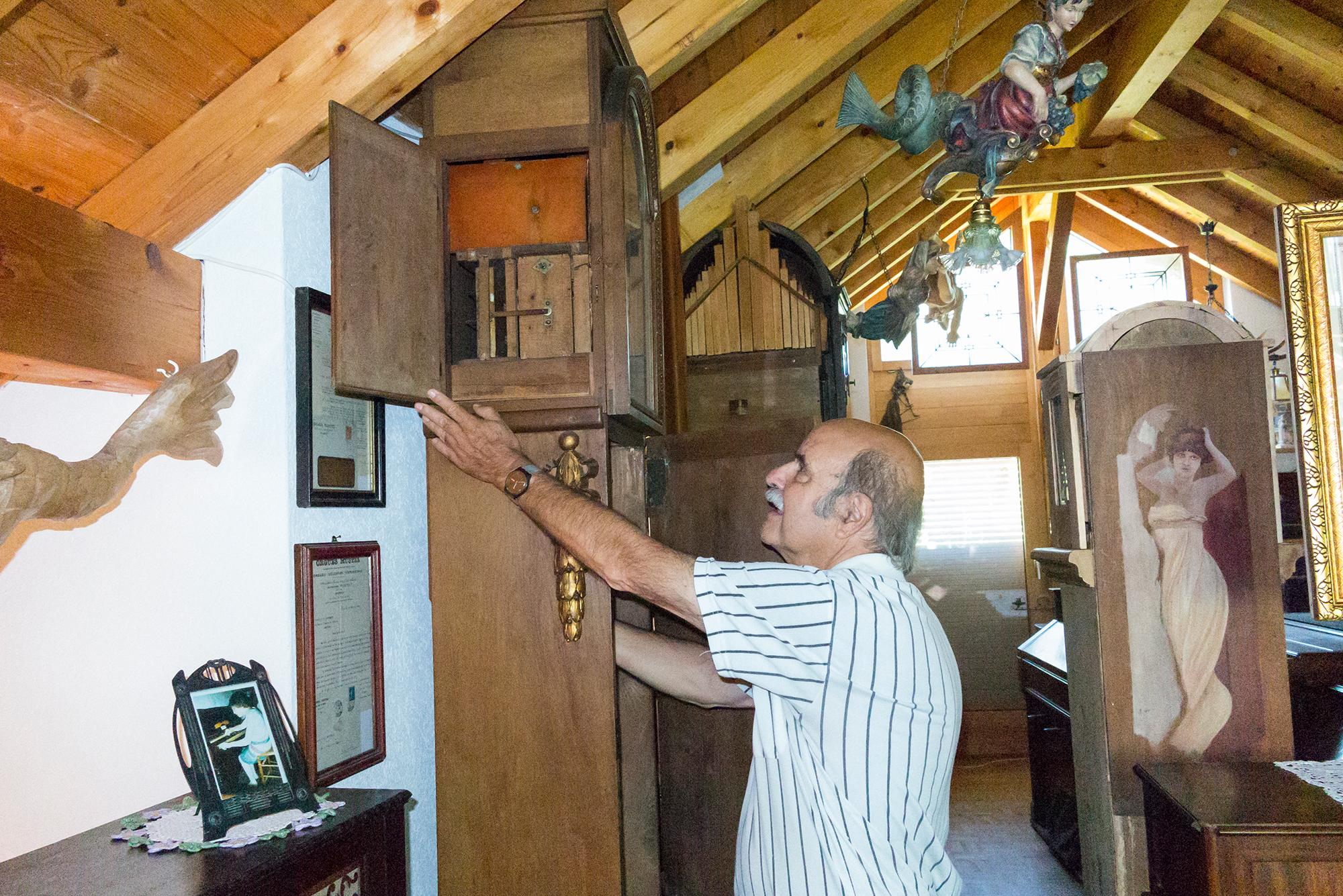Stalder zeigt ein eingebautes Orgelwerk einer Standuhr.
